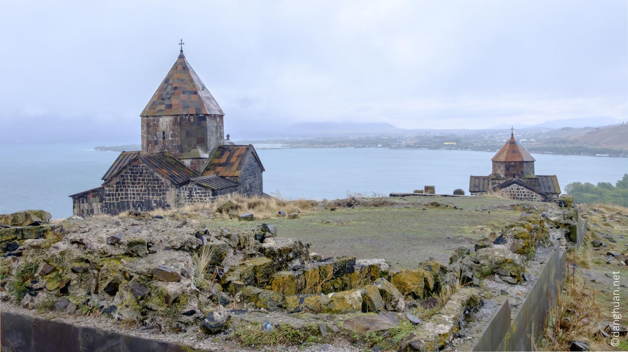 ... Il se compose de 2 églises :  Sourp Astvatsatsin à gauche et Sourp Arakelots à droite
