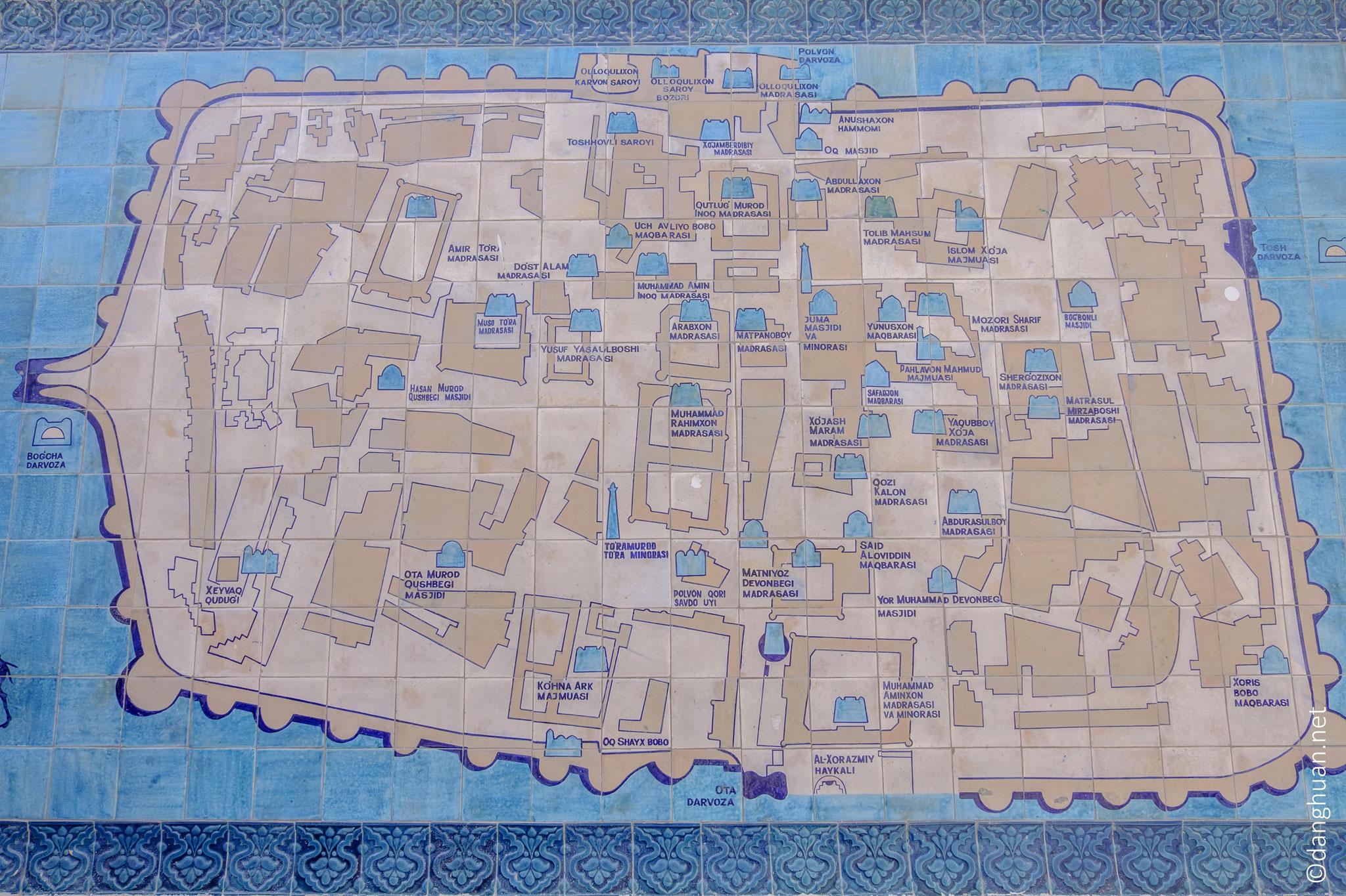 Plan des monuments de Khiva derrière des murs de pisé (argile mélangé à la paille) épais de 6 à 8 mètres, hauts de 10 mètres sur 2,2 Km de long