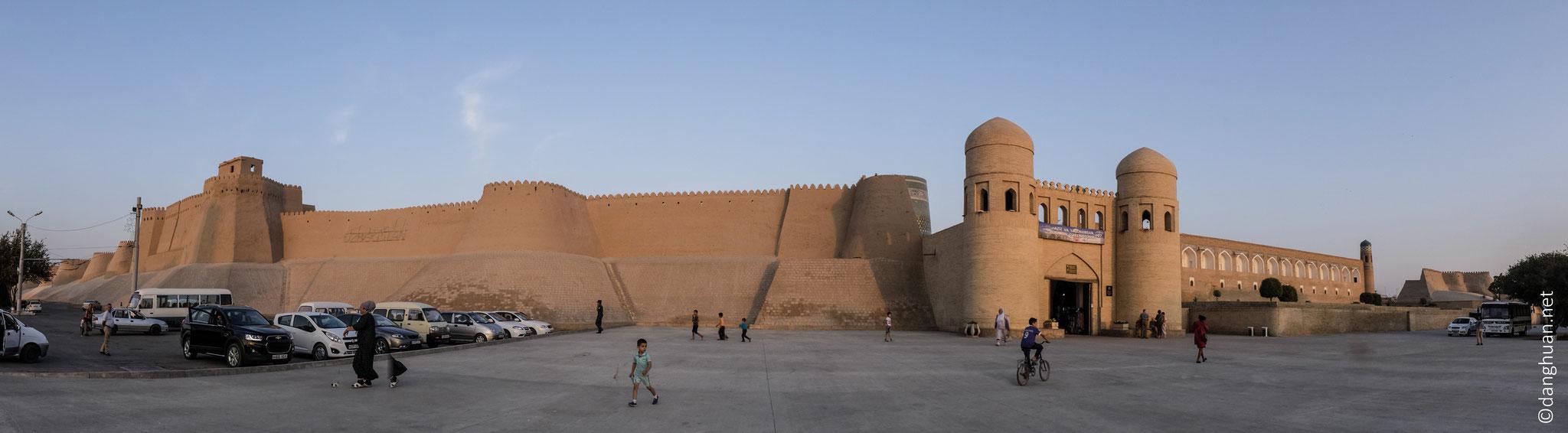 Dotée de 4 portes situées aux 4 points cardinaux, fermées du crépuscule à l'aube pour protéger des attaques nomades et des tempêtes de désert...