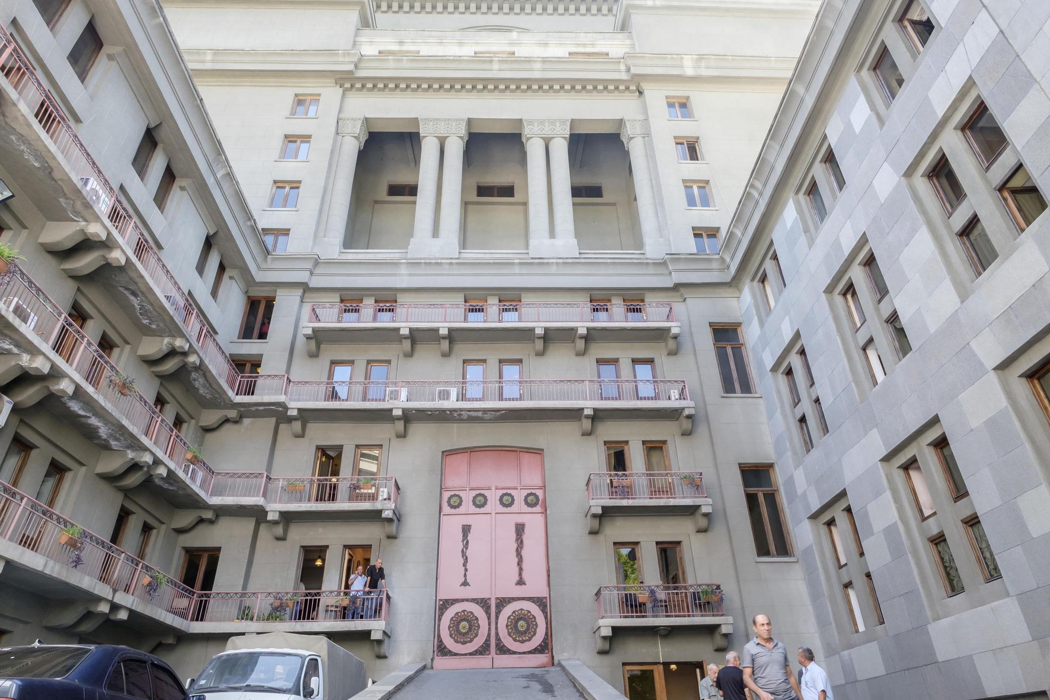 la façade arrière de l'opéra : fonctionnelle et ... à la 'soviétique'