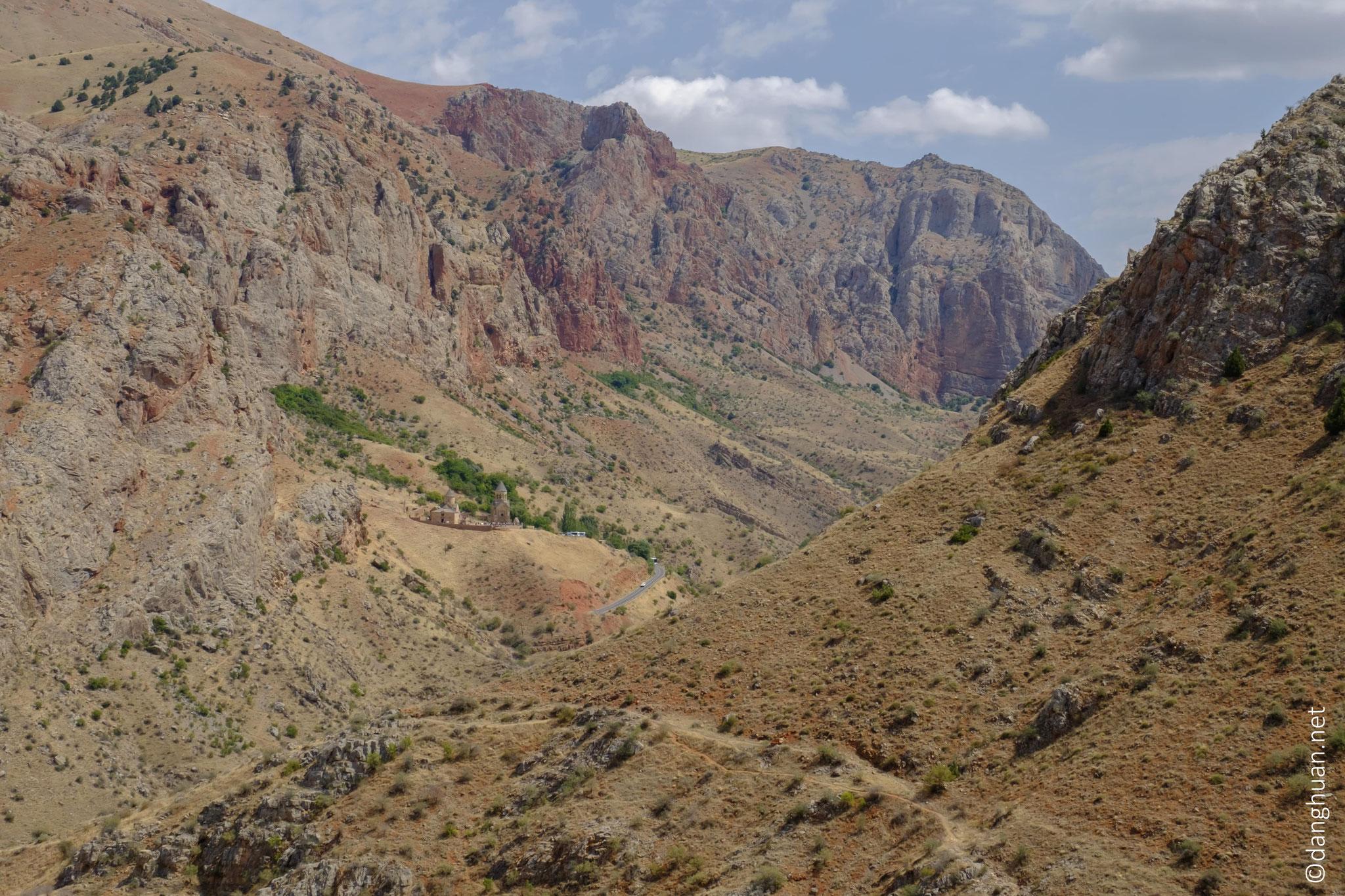 Situé sur un replat rocheux dans la vallée à 8 km de l'entrée de la gorge...