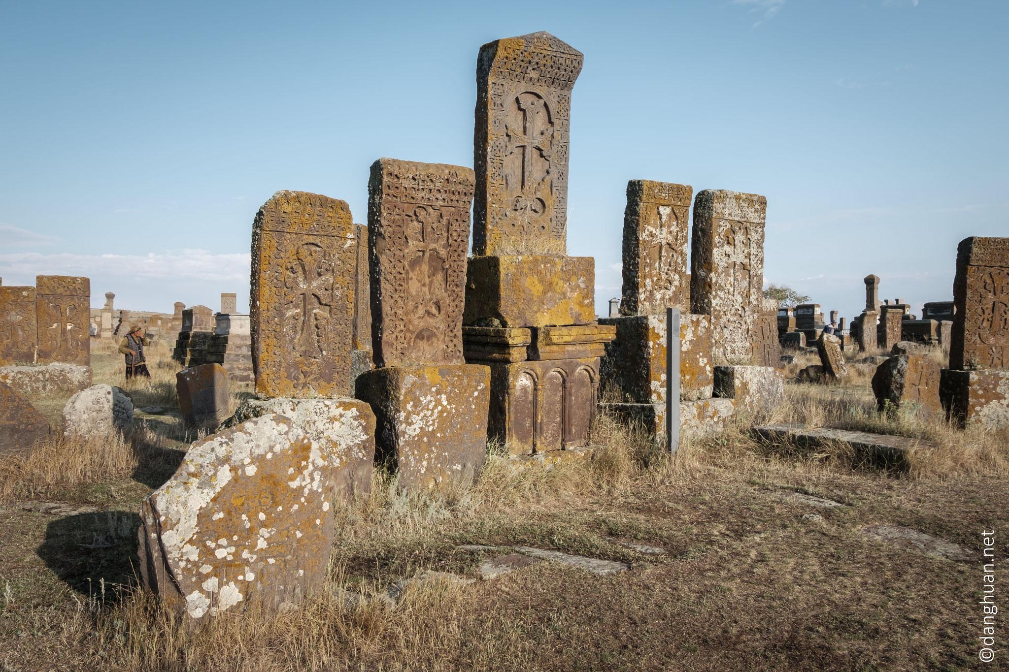 ... les fait comparer aux 'dentelles de pierres' ou les khatchkars 'brodés', appelés ainsi en hommage ...