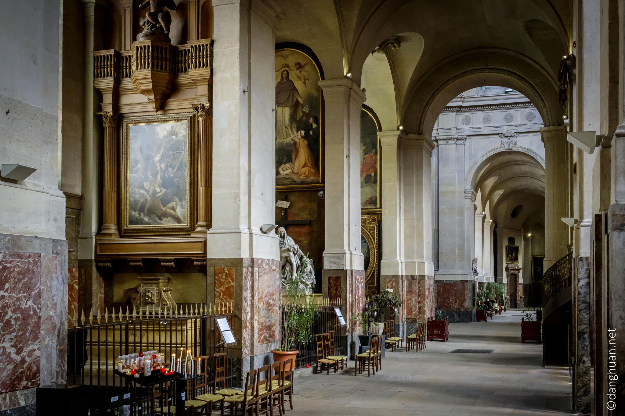 ... Entre temps, Jules Hardouin-Mansart avait construit au nord de l'église la chapelle de la Vierge (1706-1710)
