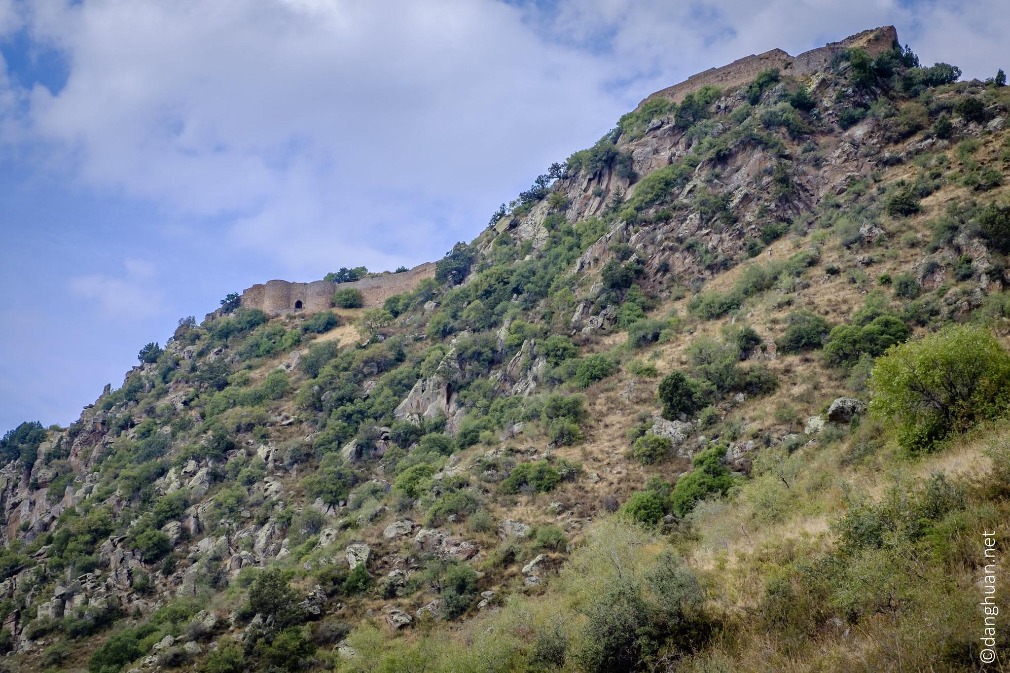 La forteresse Sembataberd est située à 750m sur une surface de 6,5 h ...