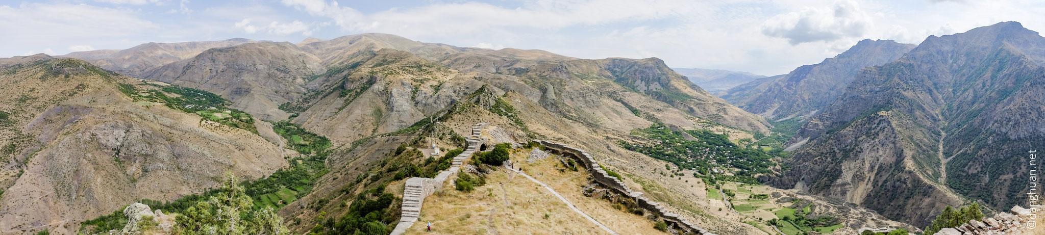 La construction de l'enceinte a rendu la forteresse inaccessible pendant son passé historique... ... l'accès de la forteresse n'est possible que par le nord