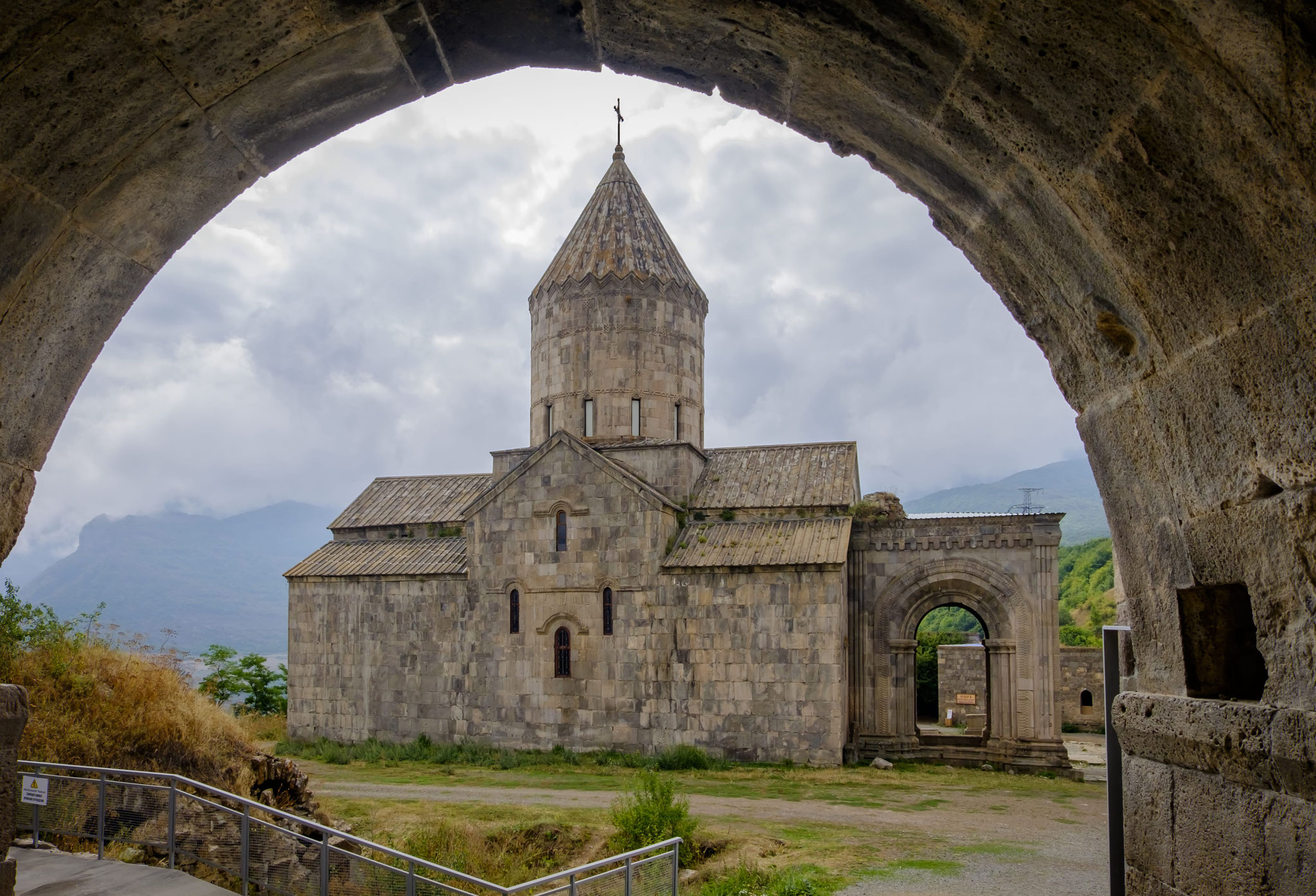 ... le monastère de Tatev (Xè siècle) est considéré comme ...