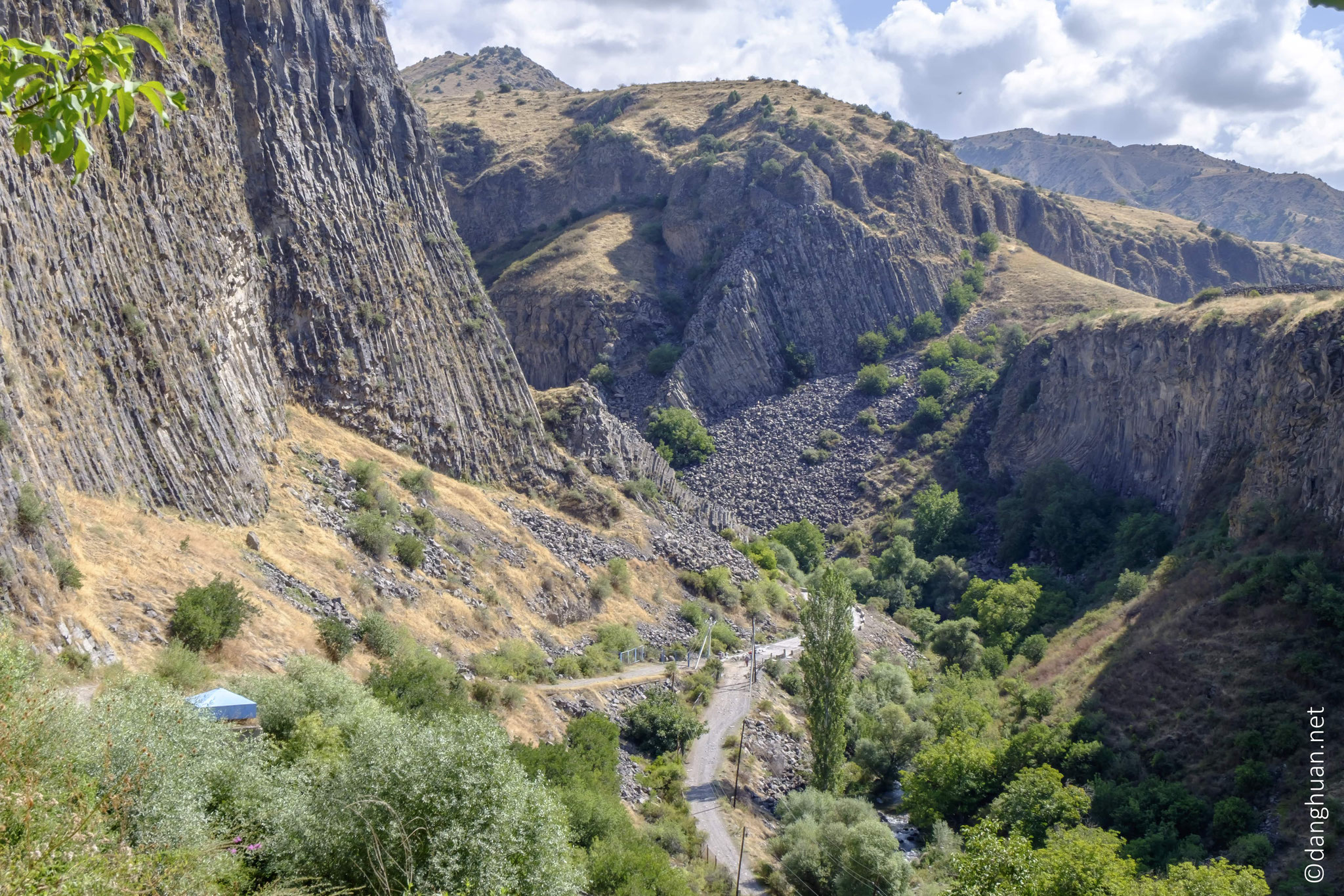 dans des paysages typiques des hauts plateaux arméniens
