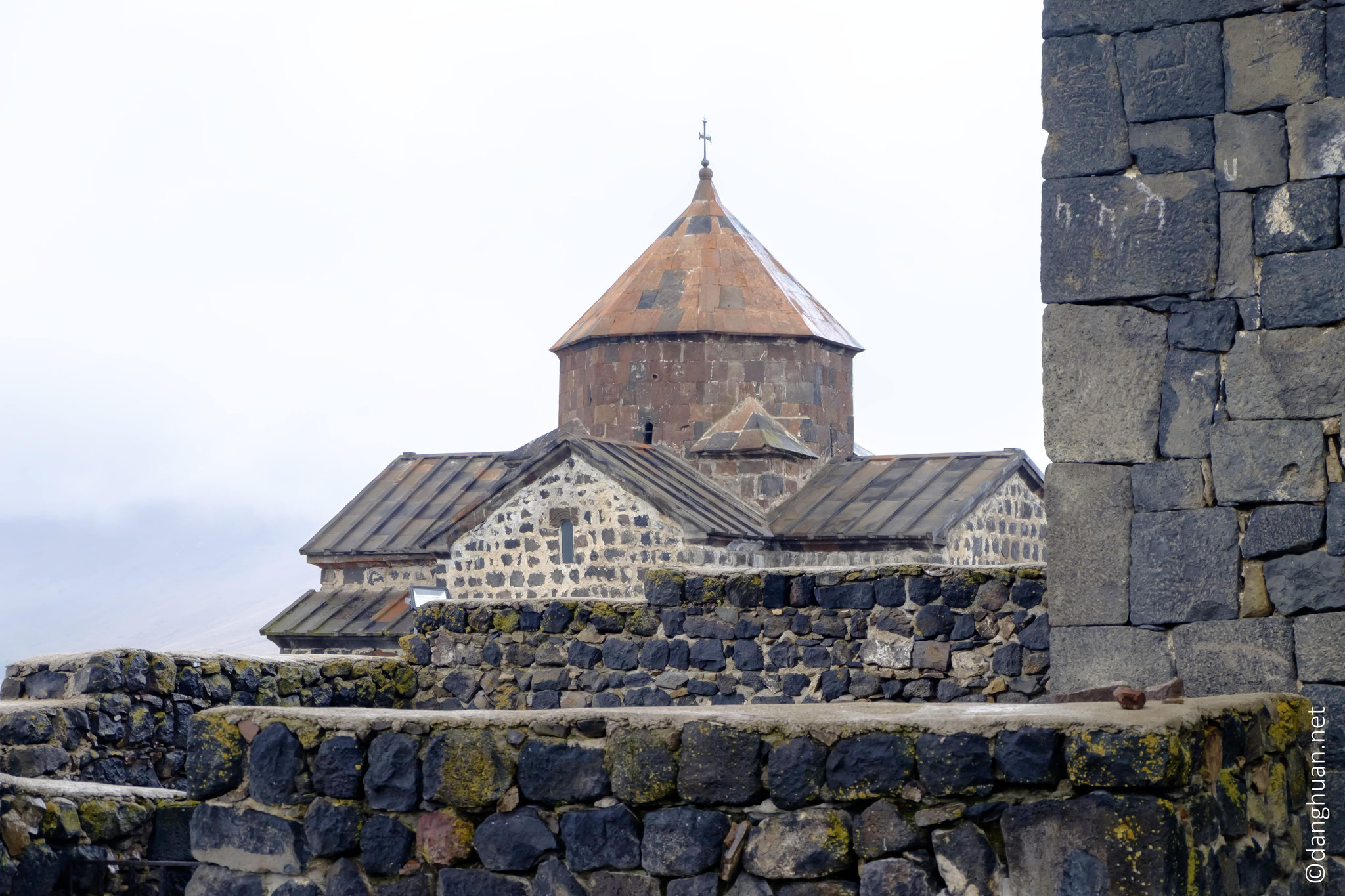 Sourp Arakelots (« Saints-Apôtres ») qui est la plus petite des deux églises