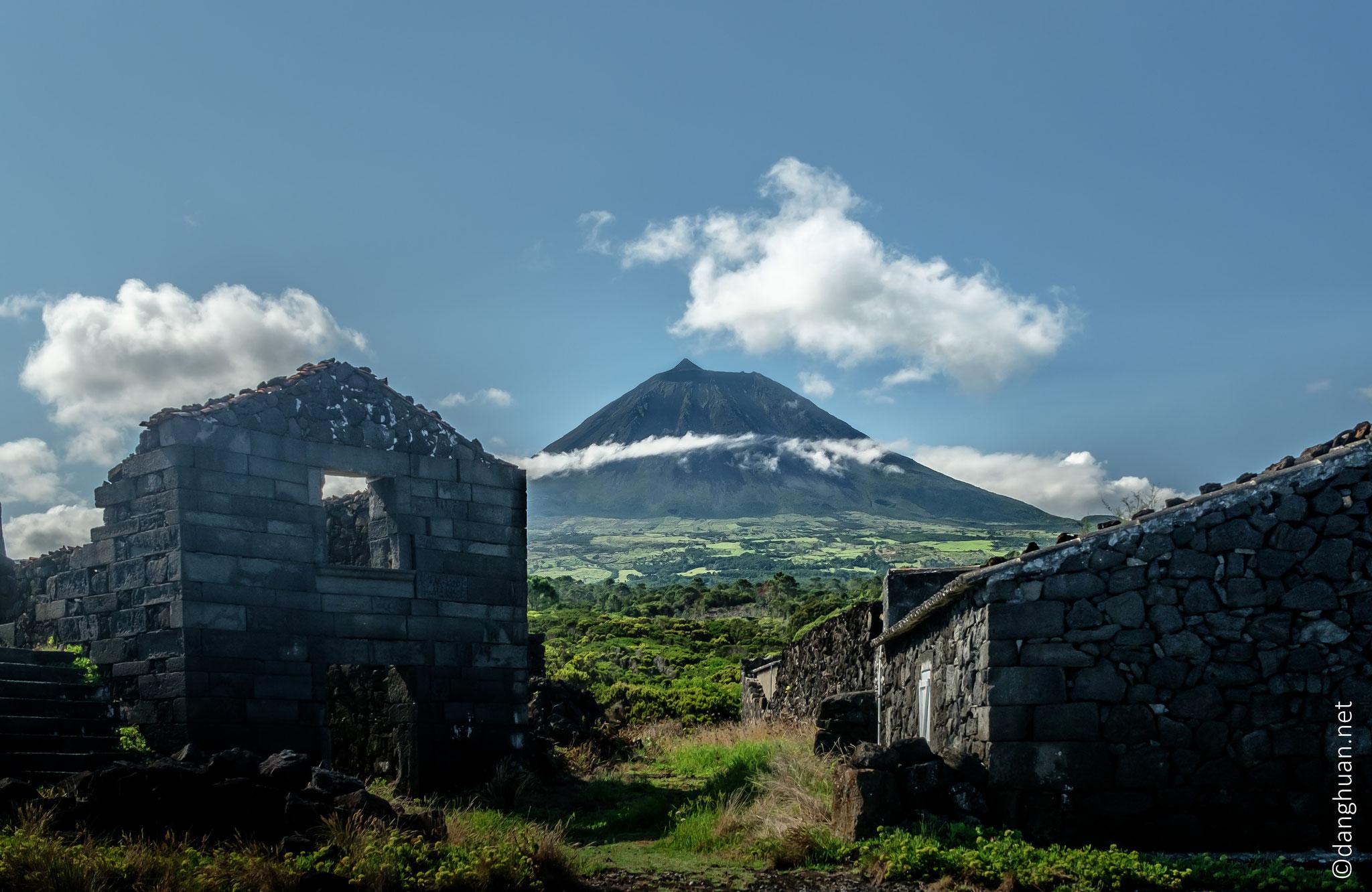 El Pico sur fonds de currais et de bâtiment d'exploitation viticole