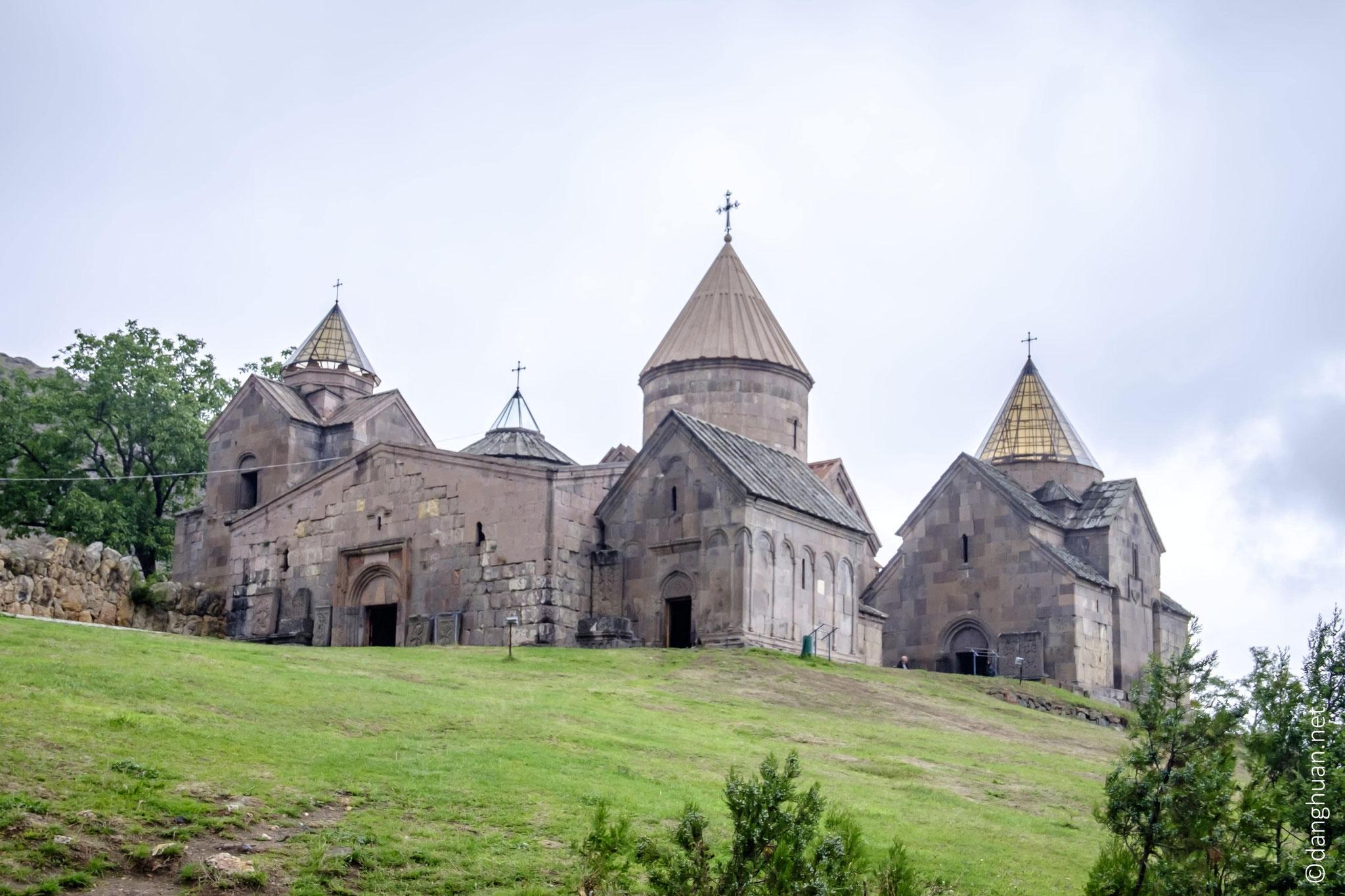 L'église principale du monastère, Sainte-Mère-de-Dieu, est précédée d'un gavit ; deux autres églises, plusieurs chapelles et une bibliothèque complètent le site
