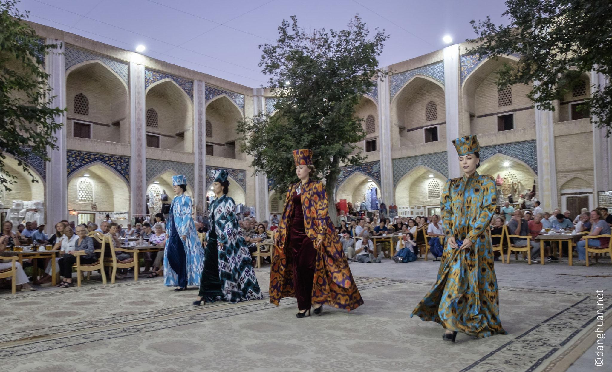 défilé de mode dans le médersa de Nadir divan-begi