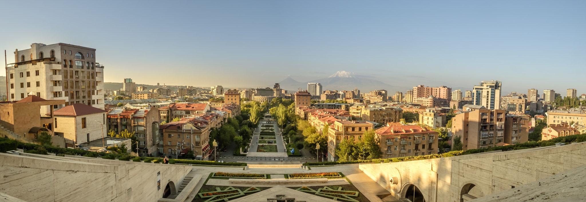 la ville d'Erevan et le mont Ararat depuis la Cascade