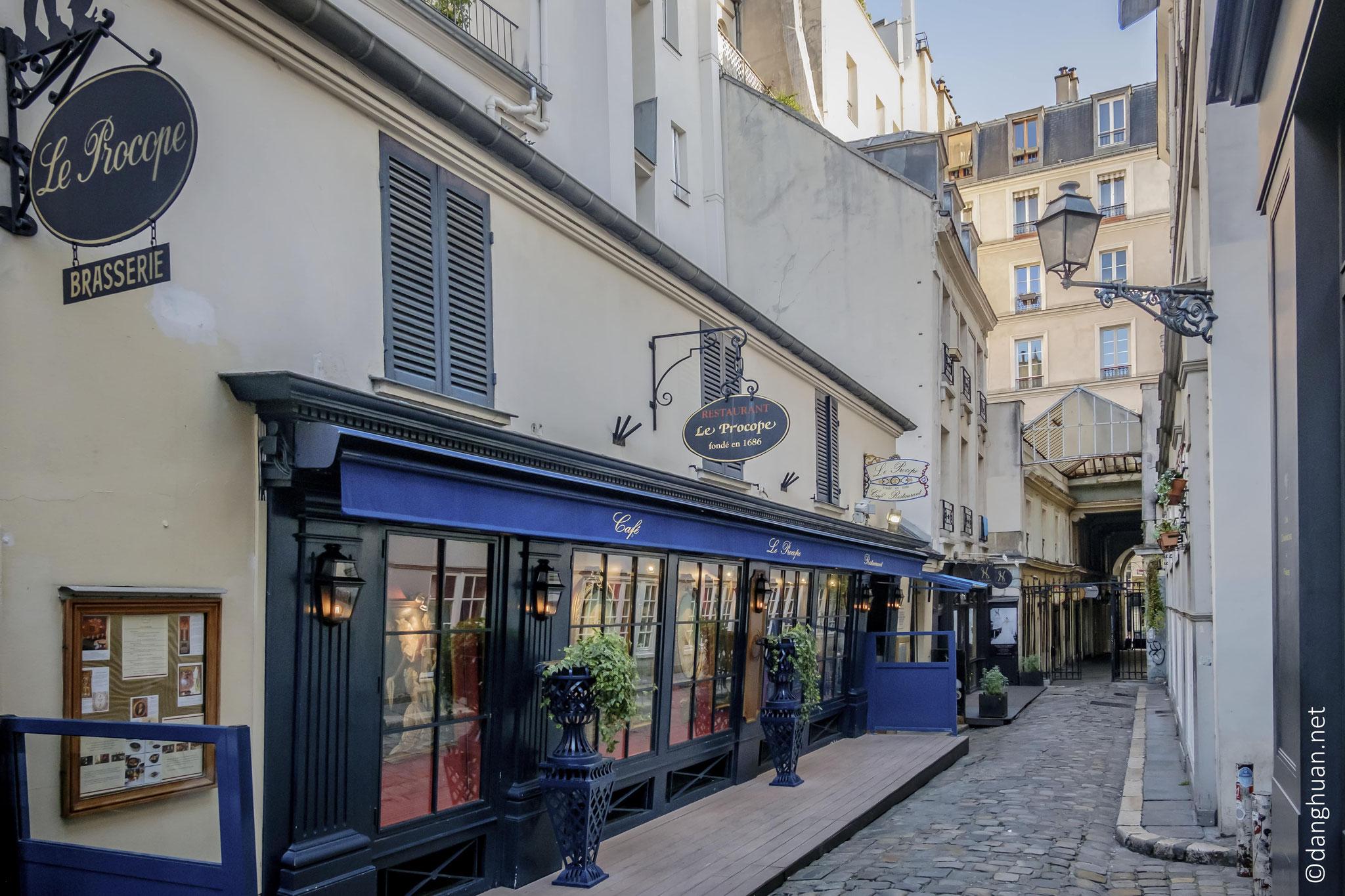 le Passage St André Rohan abrite le café Procope célèbre lors de la révolution française...