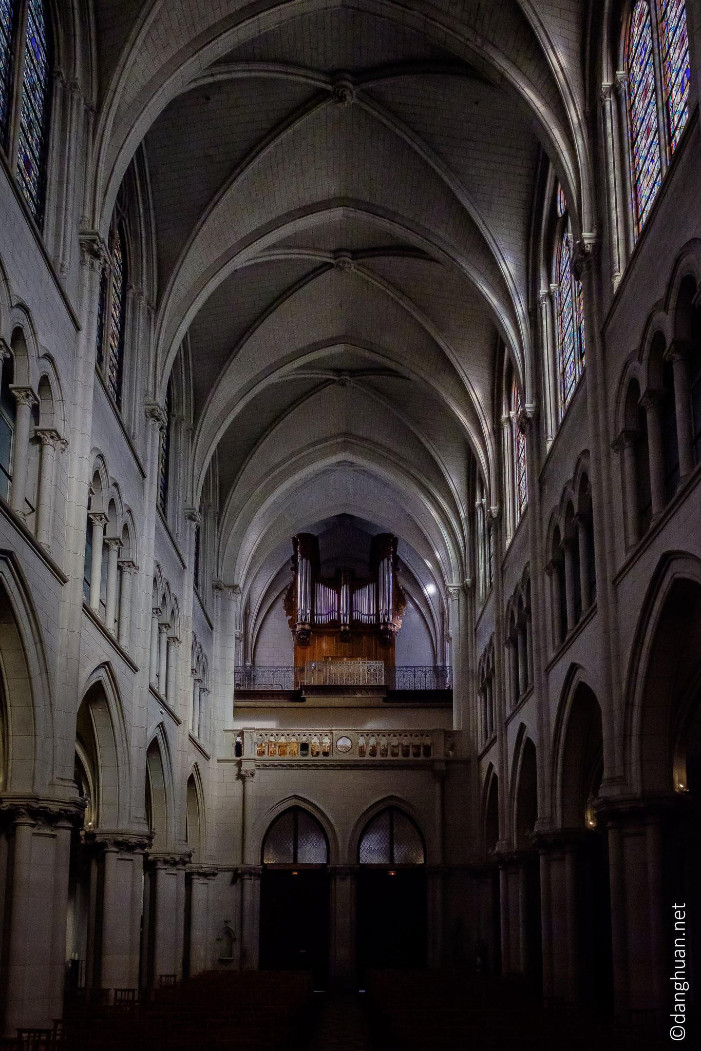 Eglise St André de l'Europe - l'orgue bénéficie d'un éclairage latéral naturel