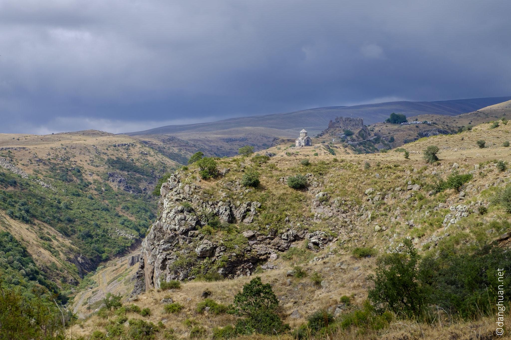 ... Des deux côtés, le rocher s'enfonce vers les gorges des rivières Amberd et Arkachen...