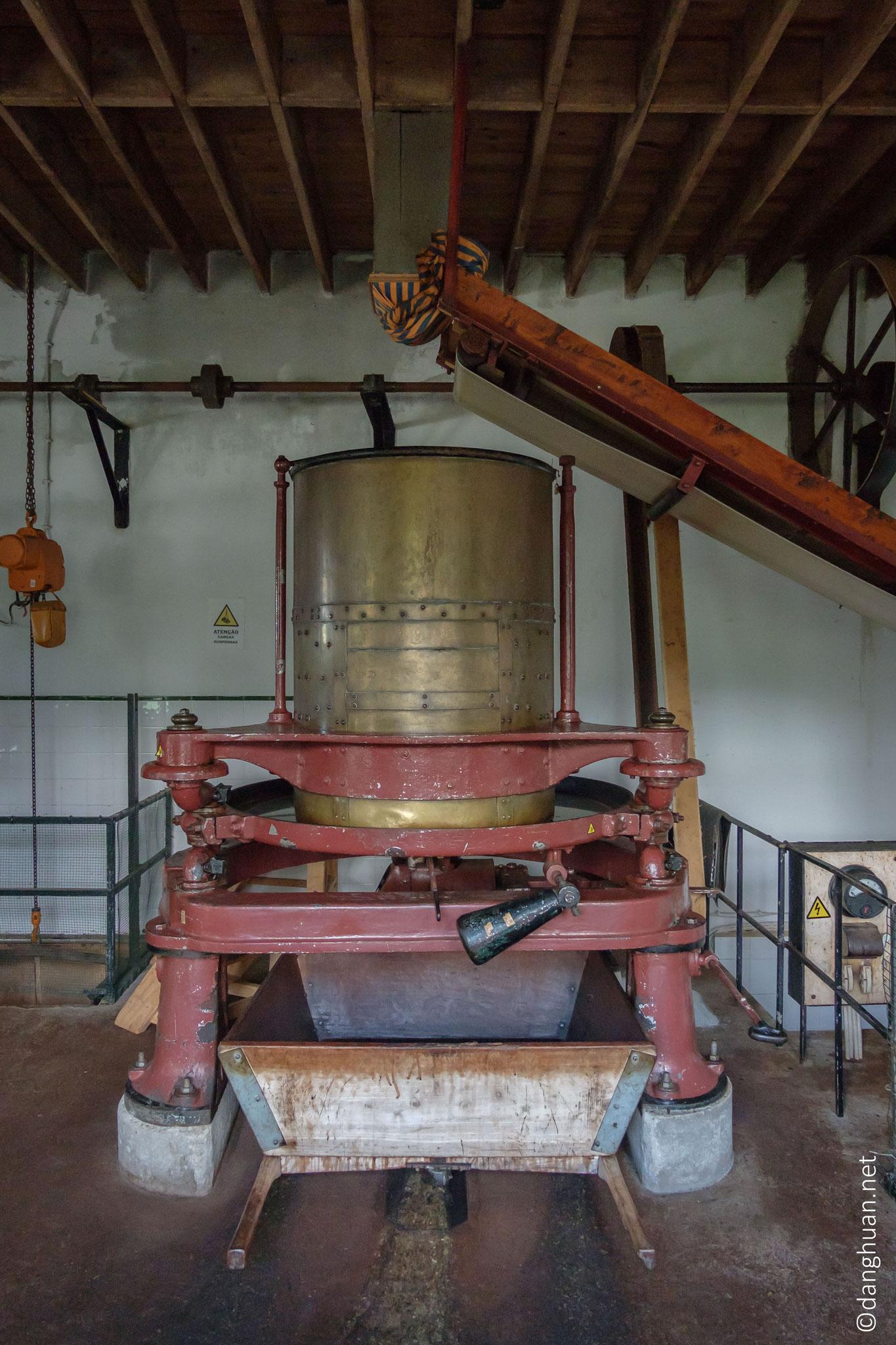 Les cellules se brisent, libérant les huiles essentielles qui rendront possible la phase suivante de fermentation