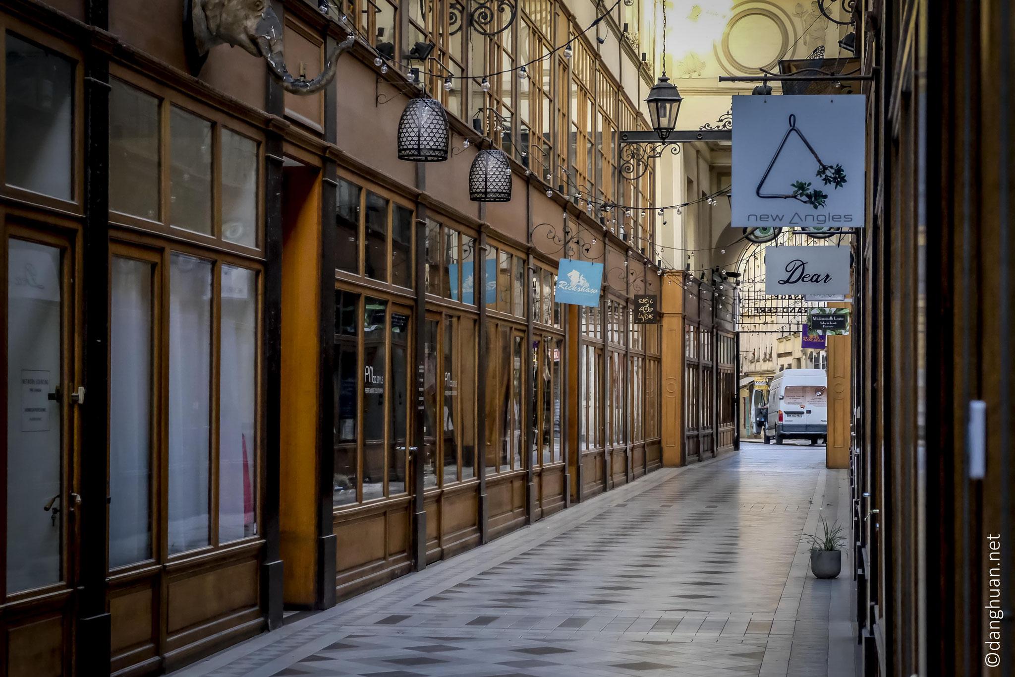 De belles façades en bois de boutiques d'artisanat...