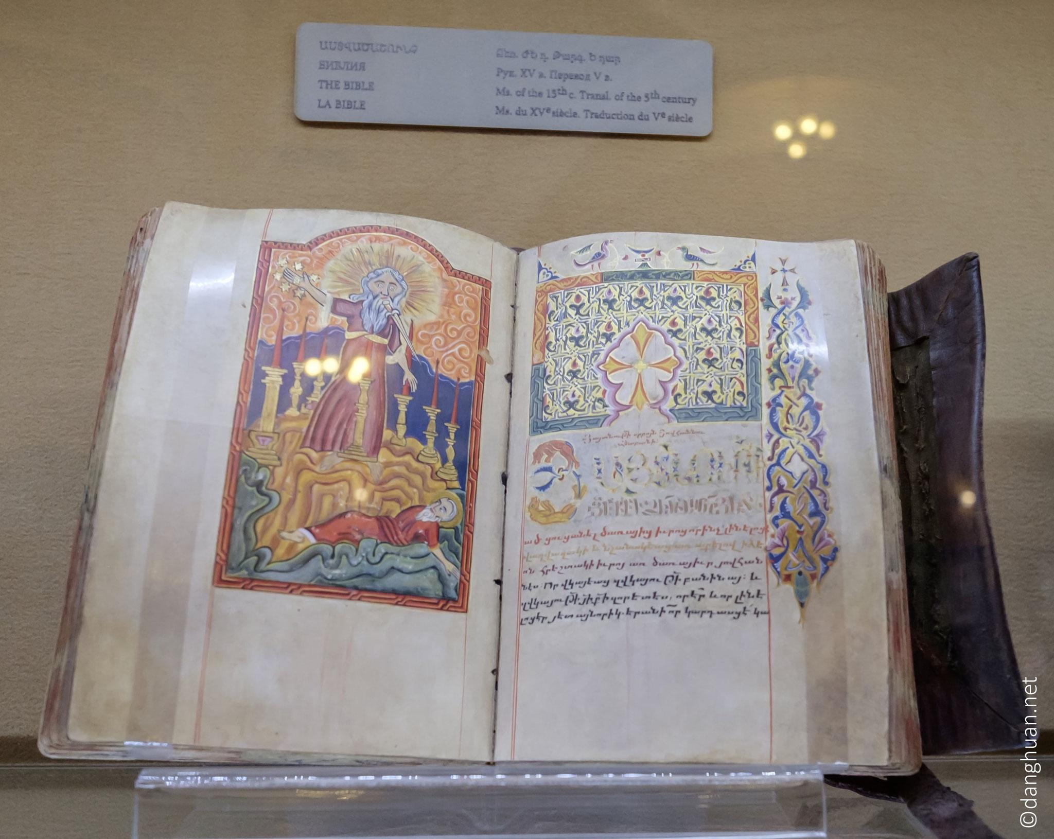 Auparavant, les officieux religieux étaient rédigés en grec et en syriaque, mais aucun de ces alphabets ne correspondait à la richesse sonore de la langue arménienne