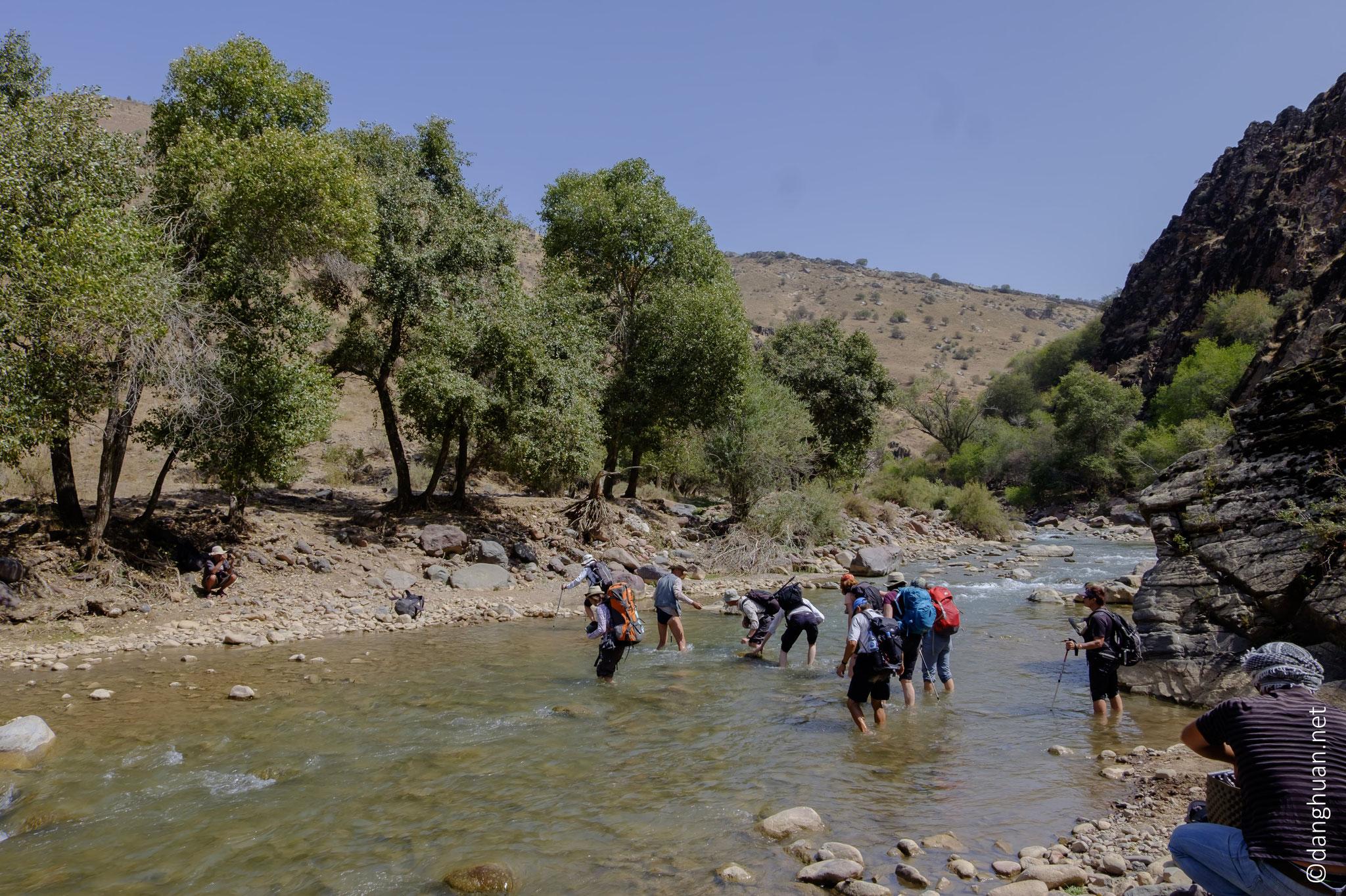 traversée de la rivière Nurekatasay  dans la vallée de Nourekata