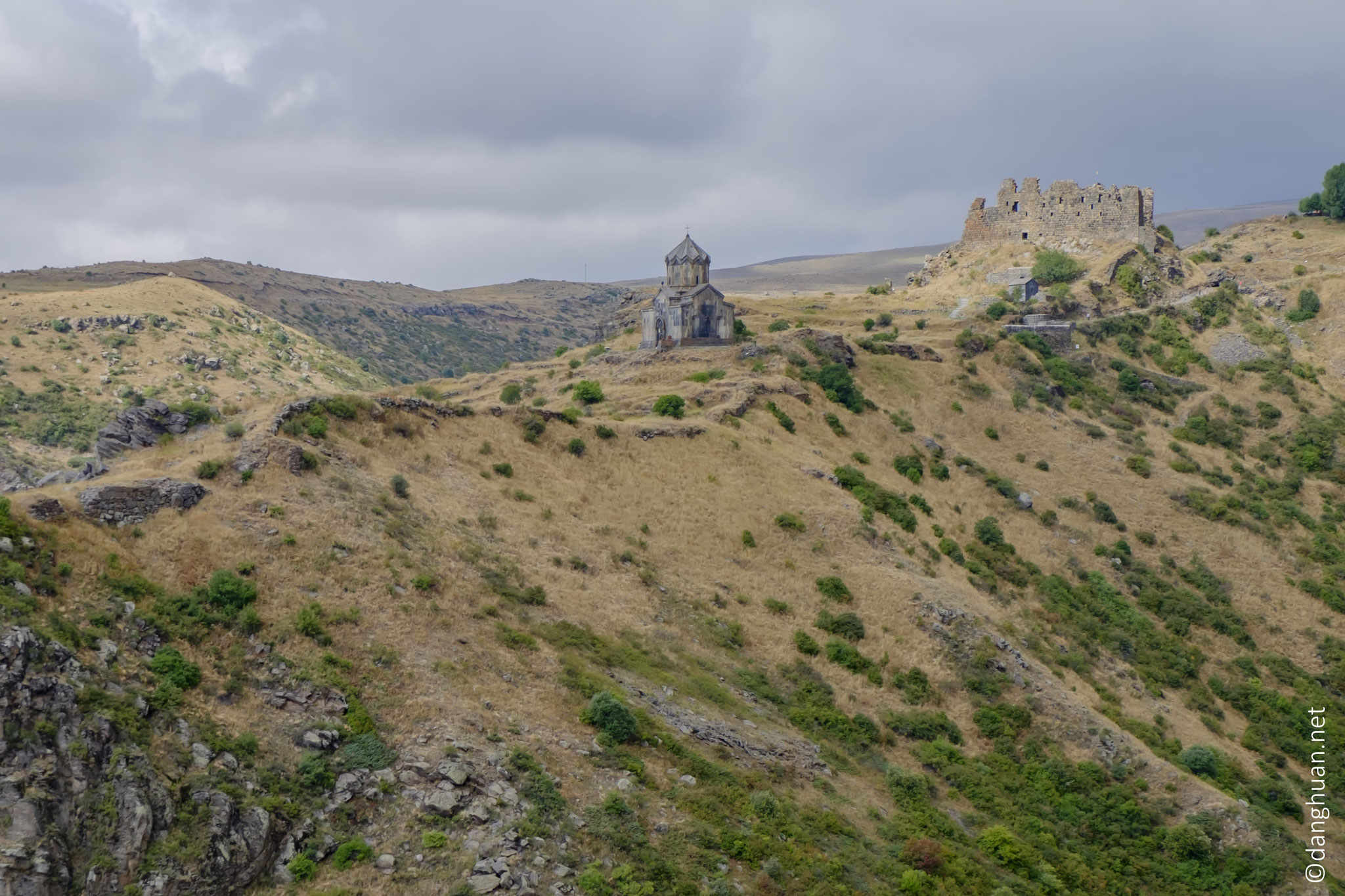 la forteresse d'Amberd s'élève sur un plateau rocheux triangulaire...
