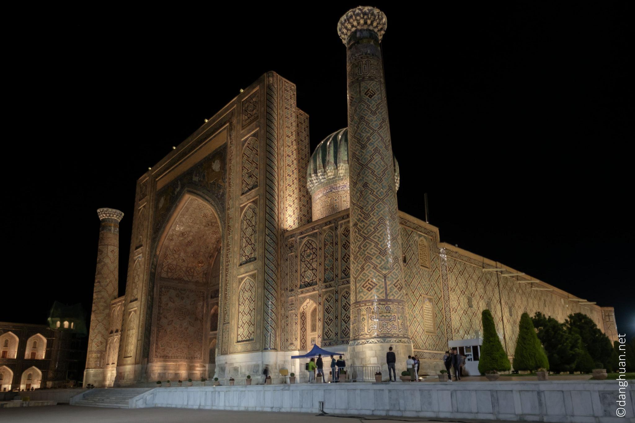 La médersa Cher-Dor est construite en 1619-1636 à la place de khanaqa d'Ouloughbek tombée en ruines pendant 2 siècles...