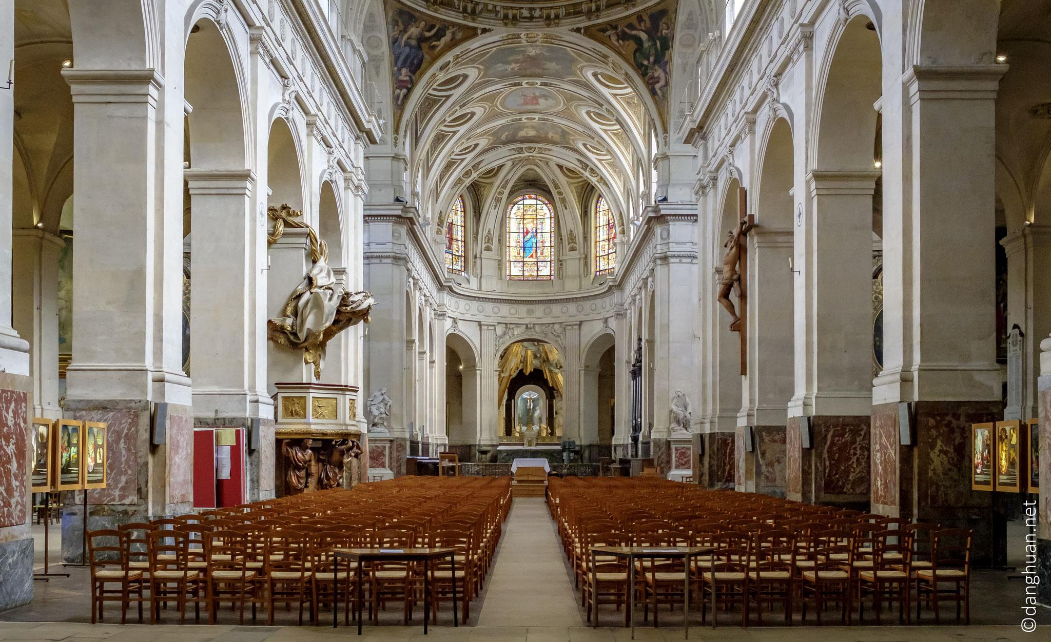 Le corps de l'église a été élevé de 1653 à 1690 sur des plans de Jacques Le Mercier ; elle n'a reçu qu'en 1736-1738 sa façade, dessinée par Robert de Cotte...
