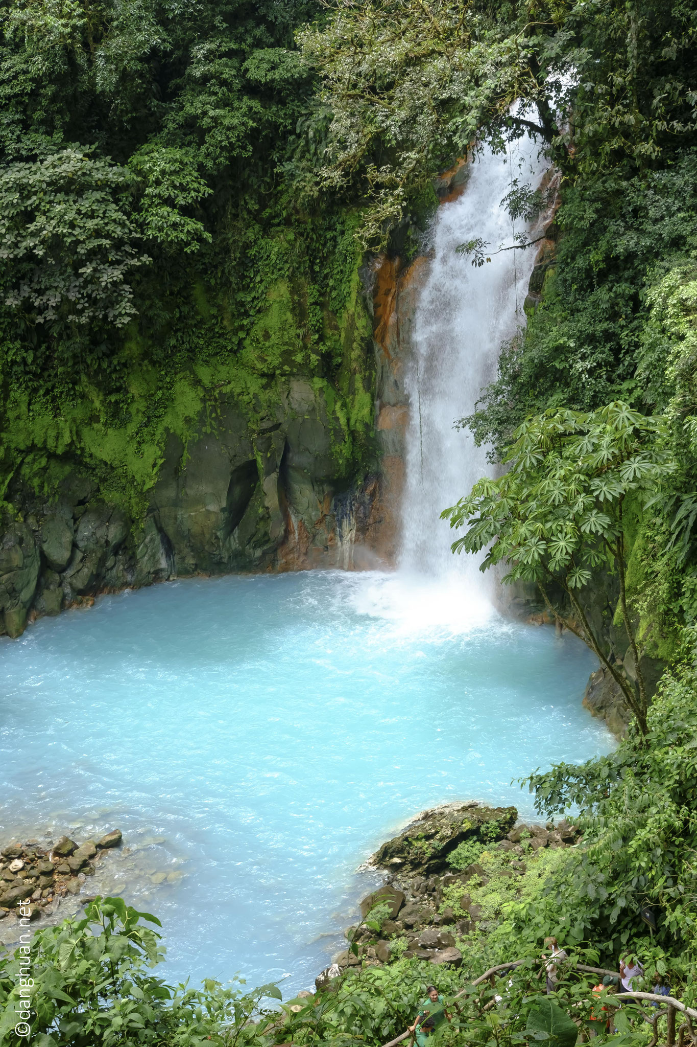 la cascade du Rio Celeste est d'un bleu irréel. La légende raconte que lorsque Dieu termina de peindre le ciel en bleu, il rinça ses pinceaux dans le Rio Celeste