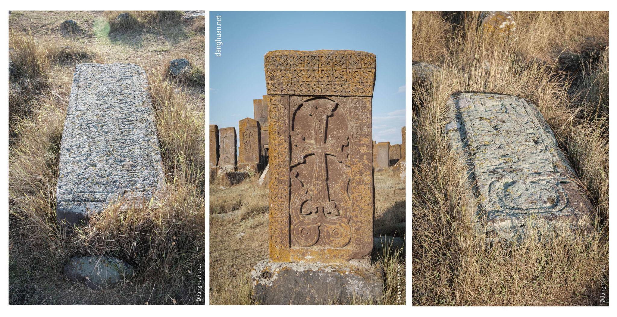 Ils sont souvent à fonction votive, commémorative ou funéraire. Erigés en l'honneur de victoires militaires, de constructions d'églises, de ponts, de châteaux ou de forteresse