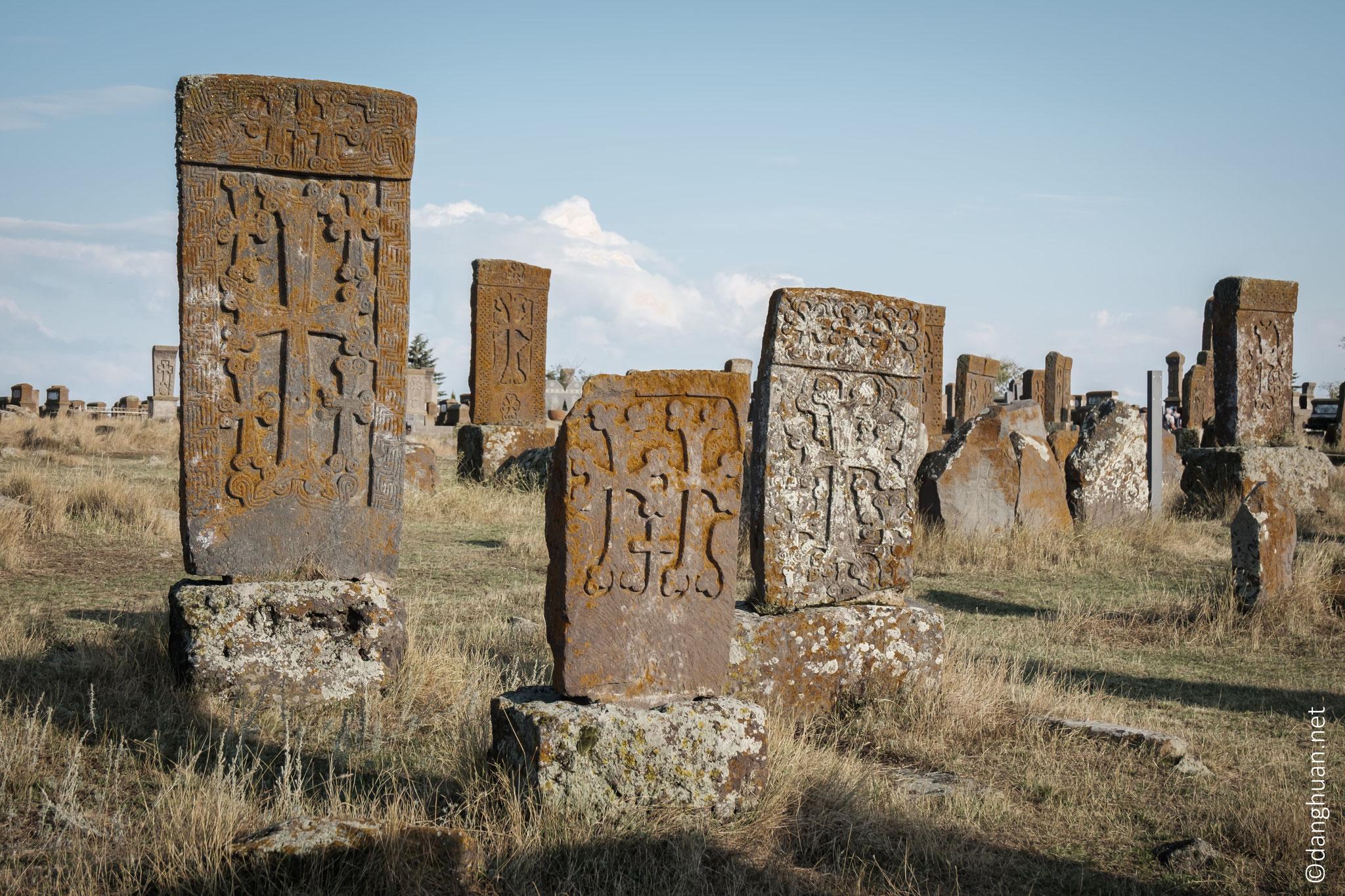 ... accompagnées souvent d'un décor ornemental, parfois de figures humaines et d'inscriptions