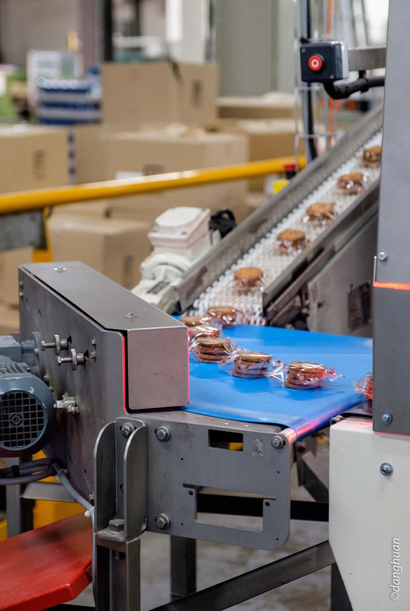 les biscuits sont mis en sachet et acheminés vers la mise en boîte ou en alvéole