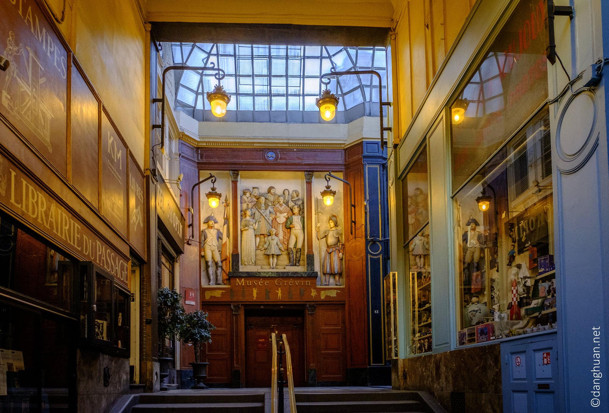 par la variété et l'originalité des vitrines qu'il abrite dont le musée Grévin
