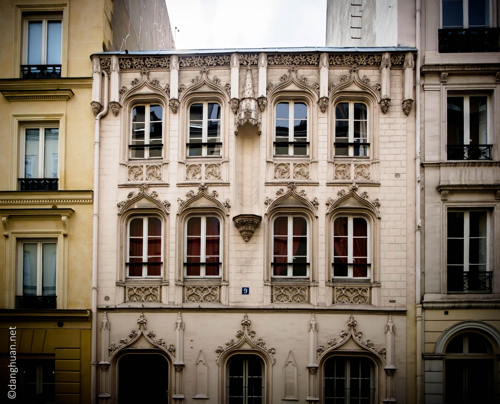 N°9 rue de Navarin. Cet étonnant bâtiment de style néo-gothiqueétait, avant leur interdiction en 1946, une maison close, spécialisée dans le… sadomasochisme !