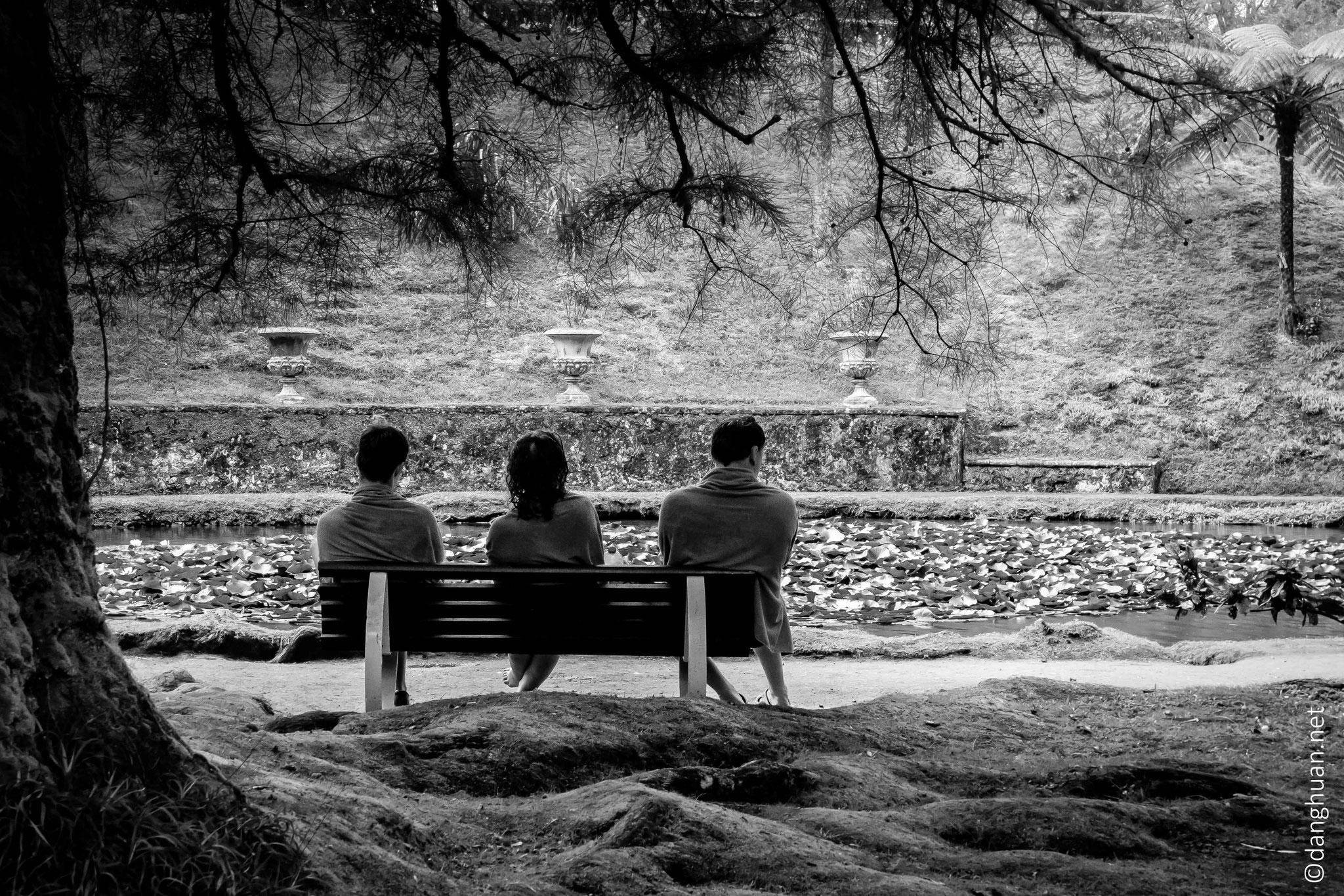 repos dans le jardin Terra Nostra après bain thermal