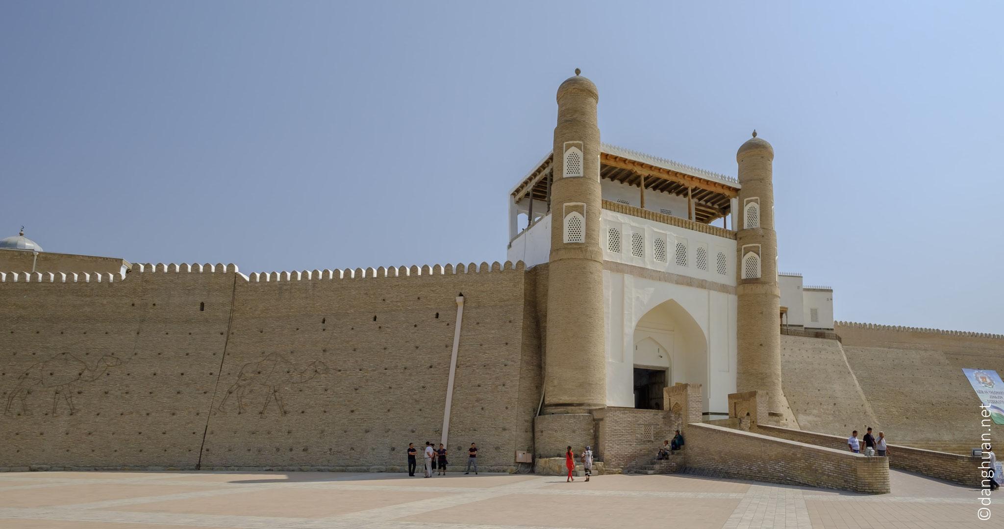 Demeure des seigneurs de Boukhara durant plus d'un millénaire, la forteresse de l'Ark est le symbole de l'émirat de Boukhara, et située sur ...