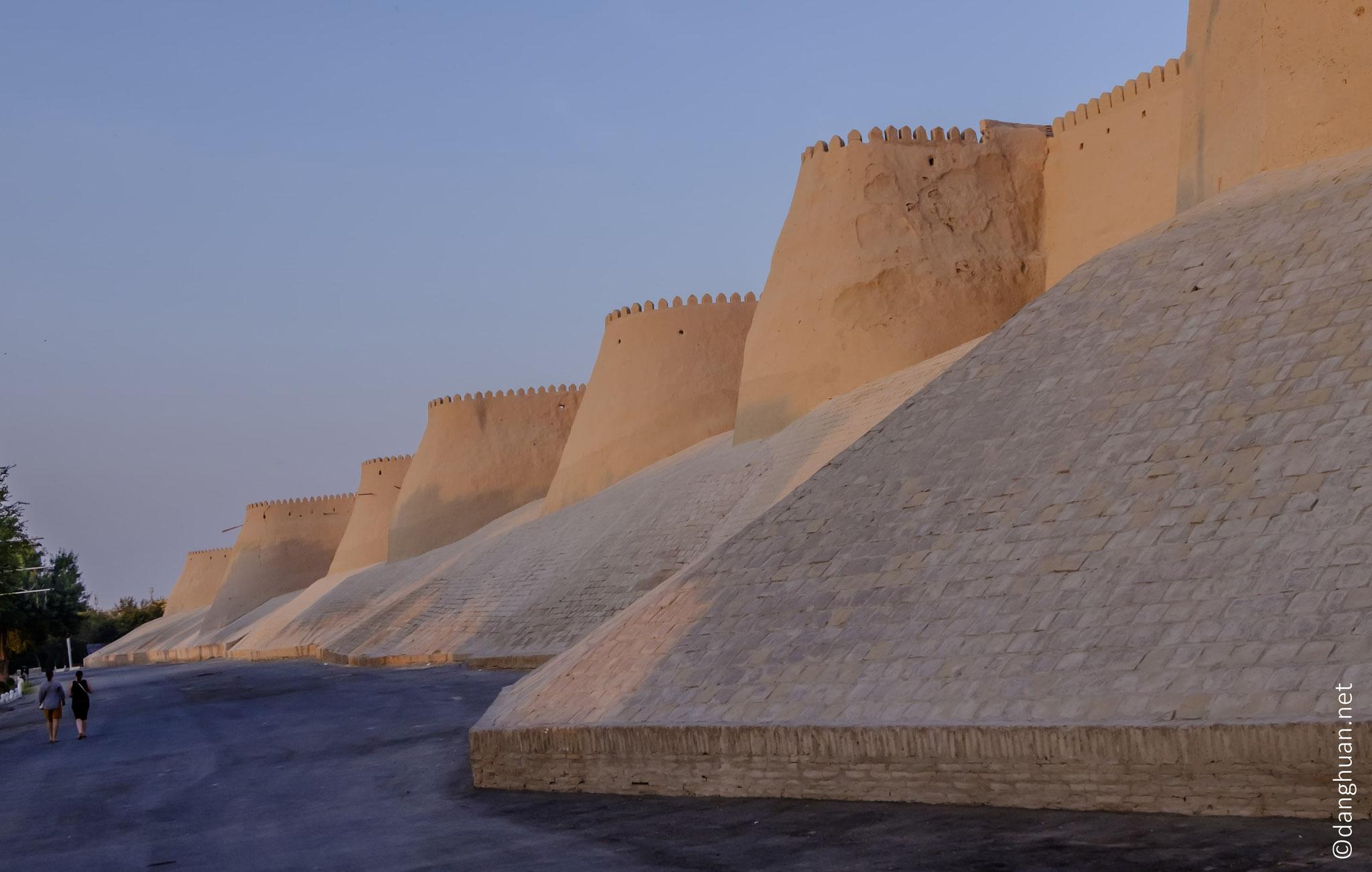 ... , la citadelle (Itchan Kala), citée dès le Xè siècle dans les chroniques arabes, fut la capitale de la région du Khorezm avec le khanat du Khiva en 1511