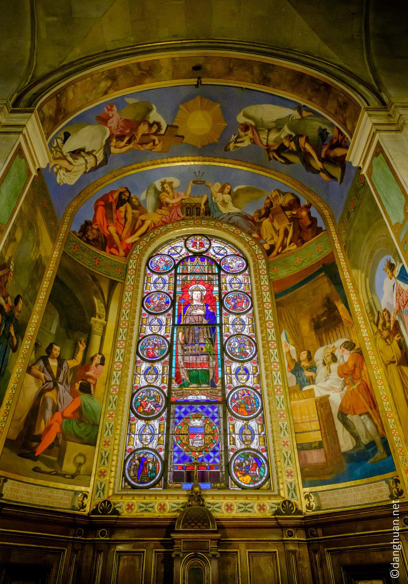 Eglise St Louis en l'île : son style initial dépouillé a été modifié et surchargé plusieurs fois au XVIIIe et surtout au XIXe siècle pour la transformer en style baroque