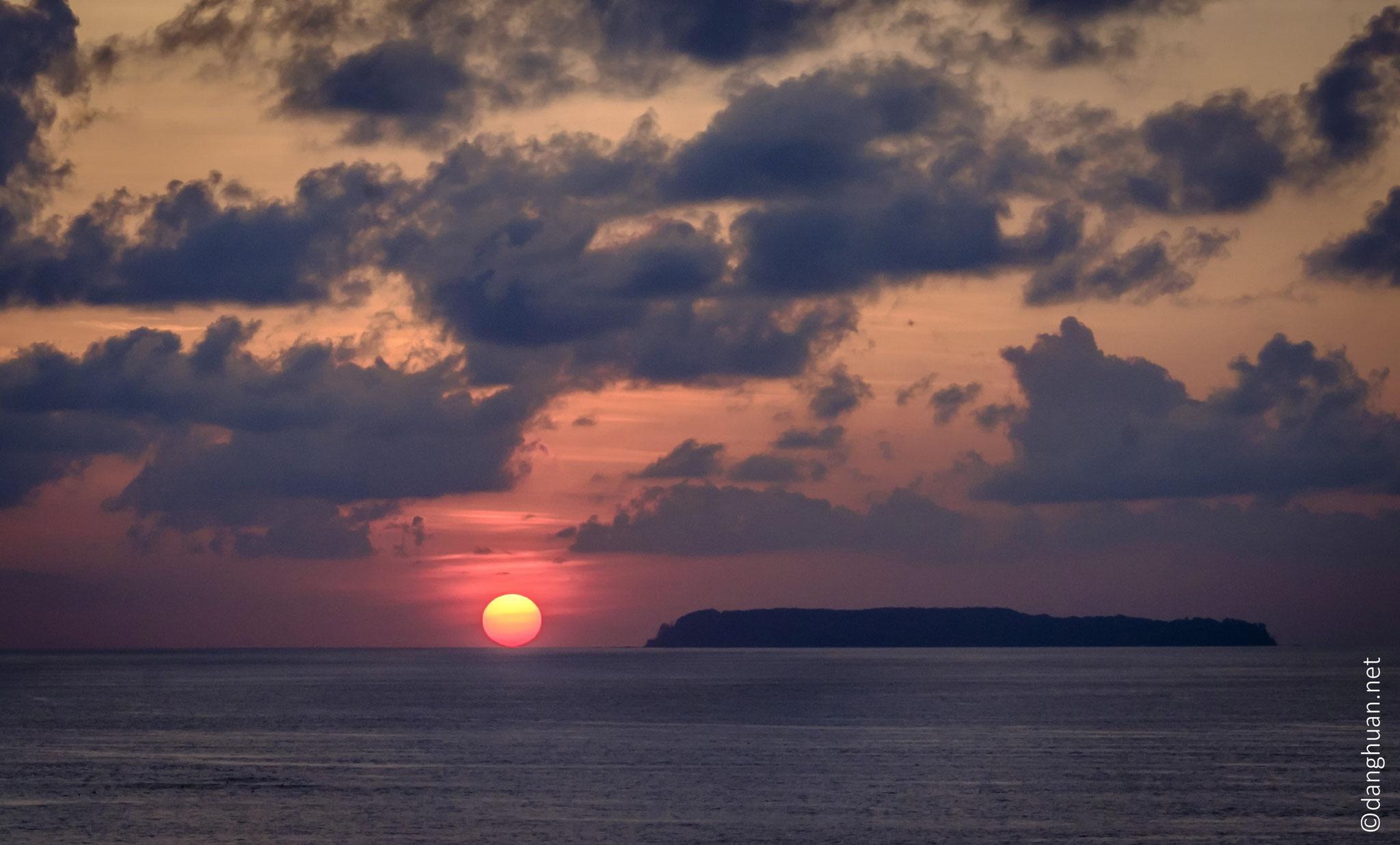Coucher du soleil sur l'océan Pacifique avec l'île del Cano en premier plan