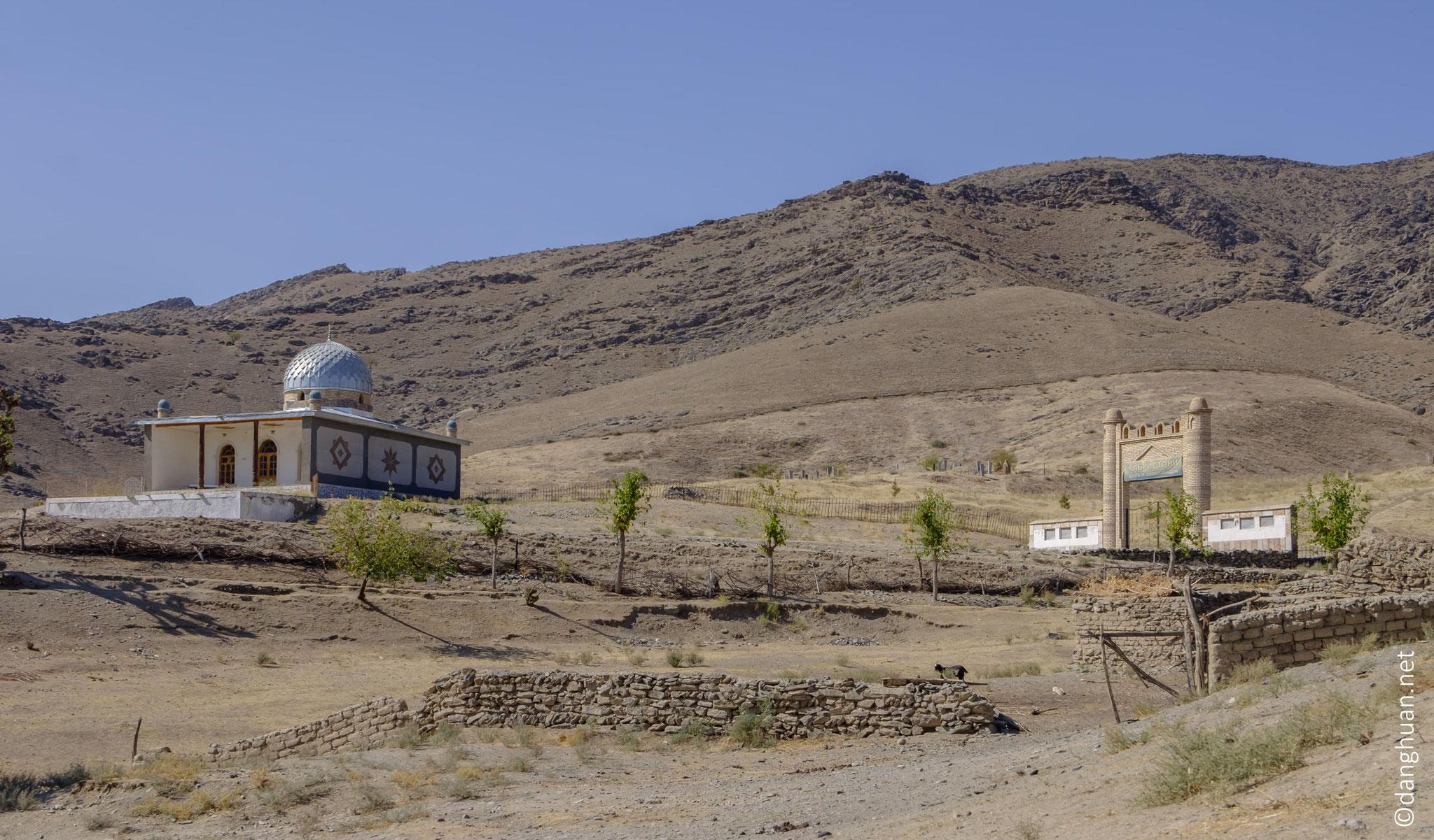 village de Mojaroum : le mausolée et le cimetière