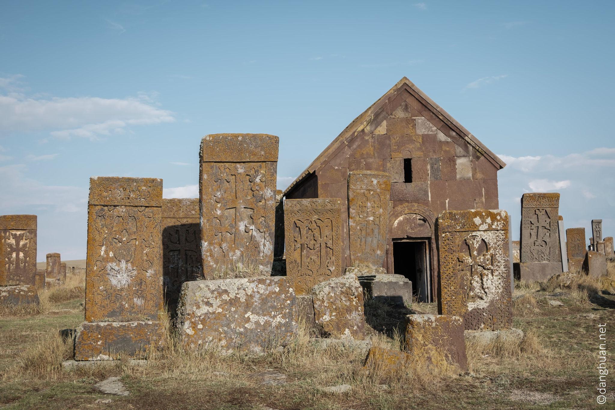 On les établissait dans les cimetières, séparement ou par groupes, ou les sculptait sur un rocher