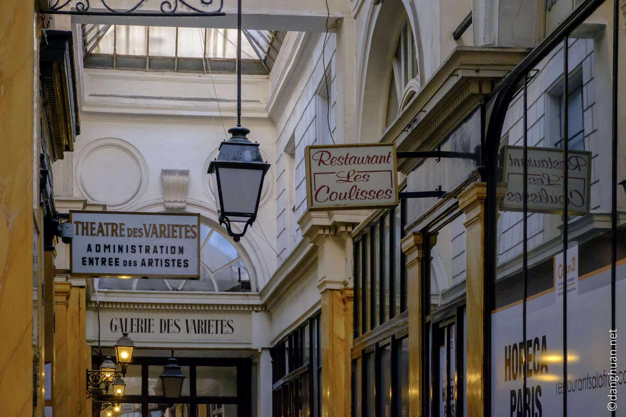 de l'entrée des artistes du théâtre des Variétés...