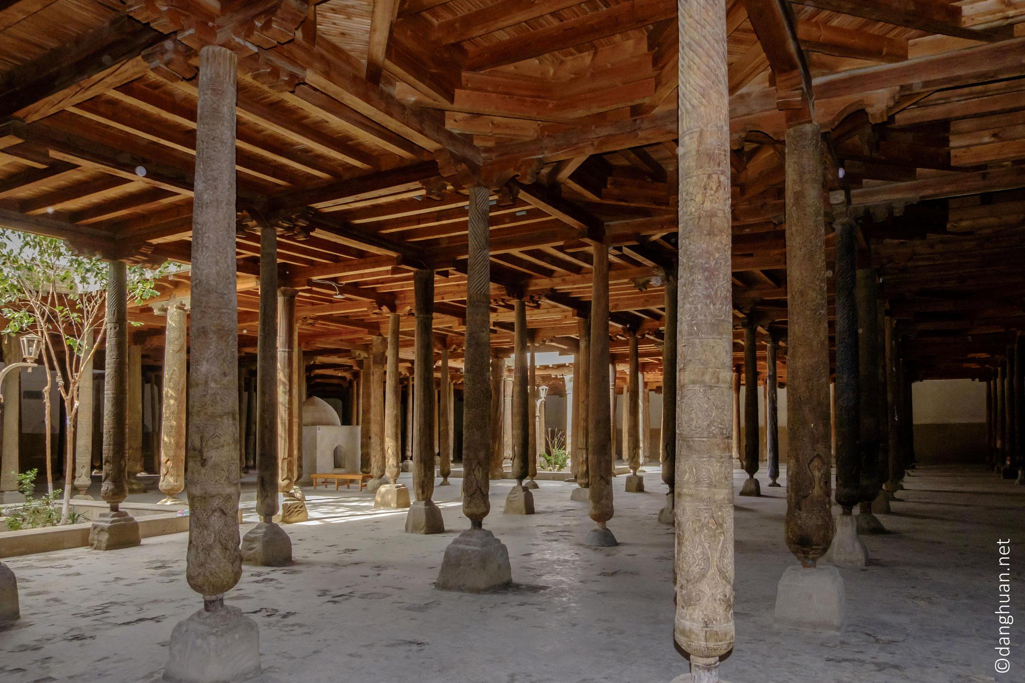 Mosquée Djouma et ses 213 colonnes en bois sculpté dont 80% ont été changées depuis l'indépendance du pays en 1991.. .
