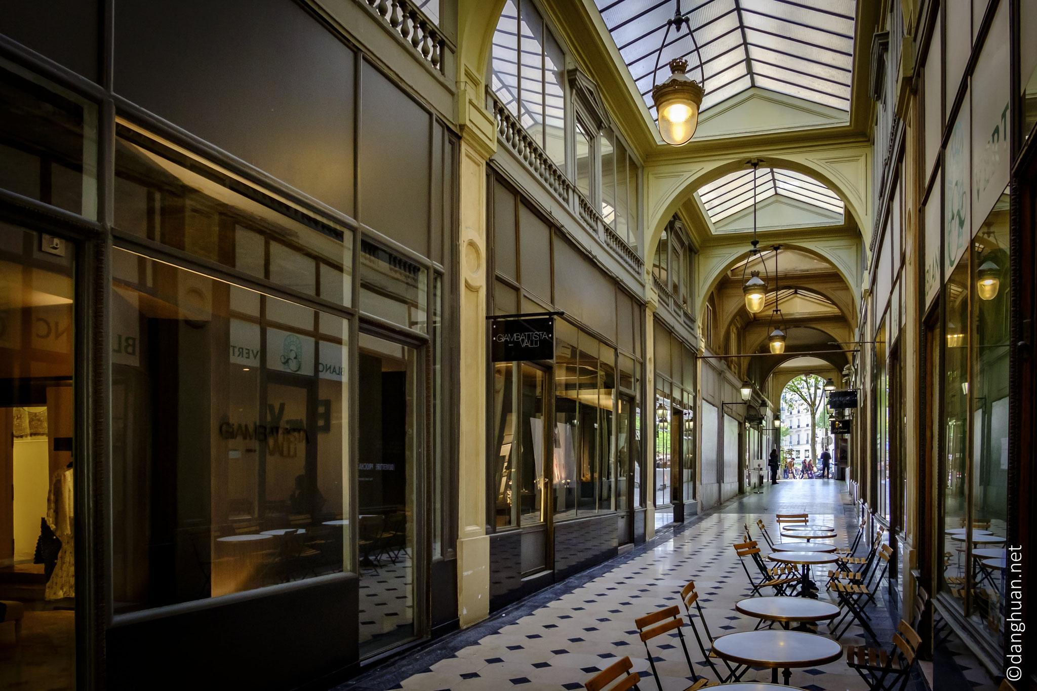 la Galerie de la Madeleine, très élégante par son architecture, abrite de nombreuses enseignes de luxe et de restaurants.