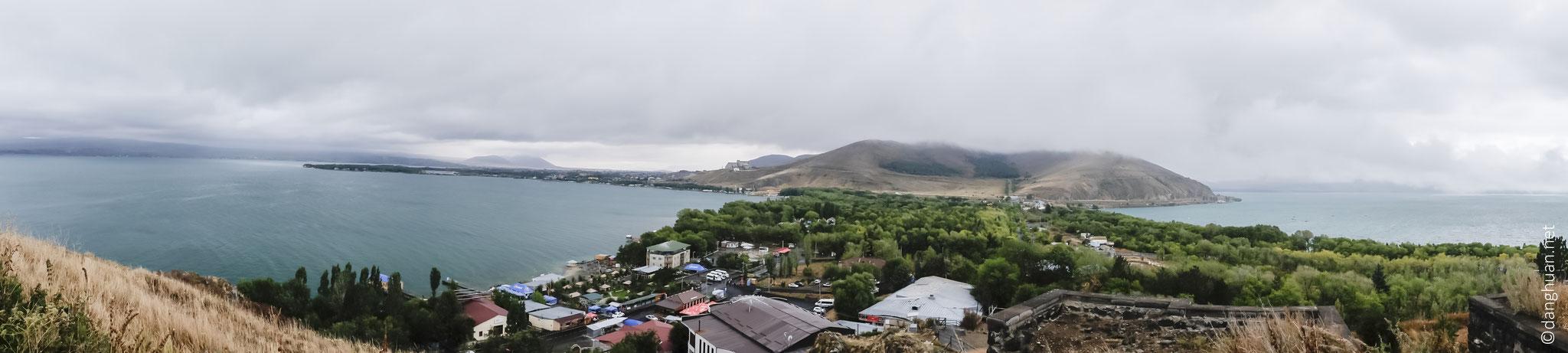 Le monastère Sevanavank est situé sur une péninsule du lac Sevan...