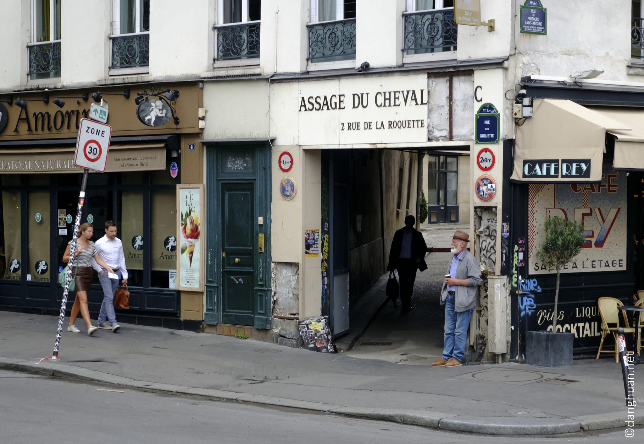 Passage du Cheval Blanc : Edifié en 1824, le passage du Cheval-Blanc sert alors d'entrepôts de bois du faubourg Saint-Antoine