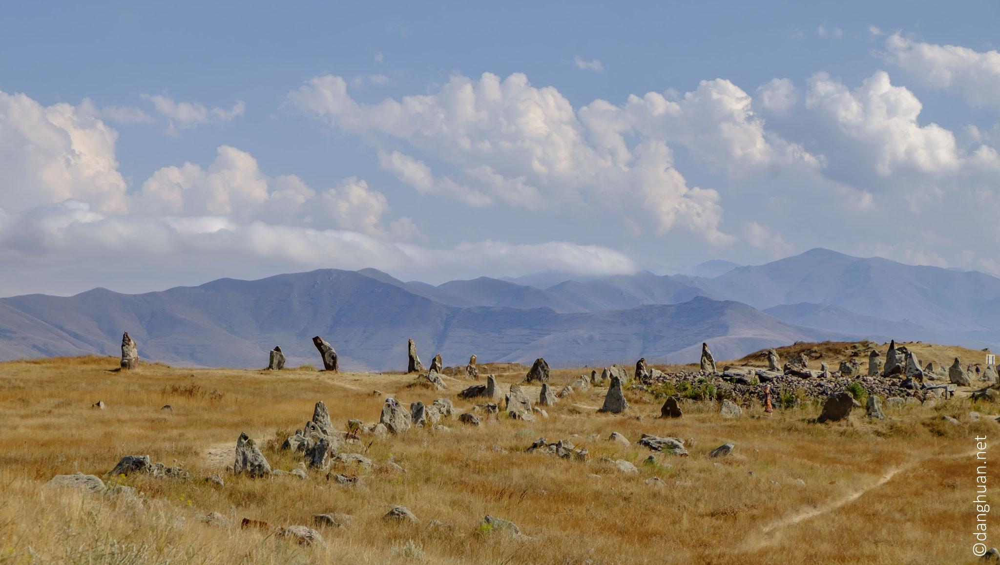 Toutes les pierres du monument sont de basalte et certaines ont des trous