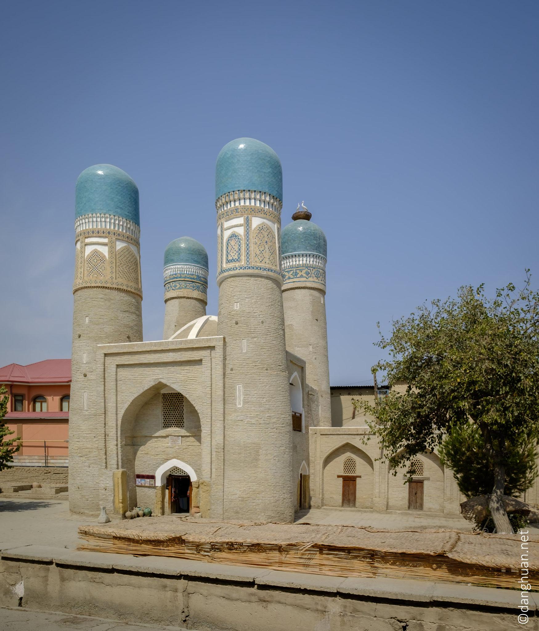Chor-minor (quatre minarets) érigée en 1807 dont le style n'a pas d'analogues dans l'architecture islamique de l'Asie centrale