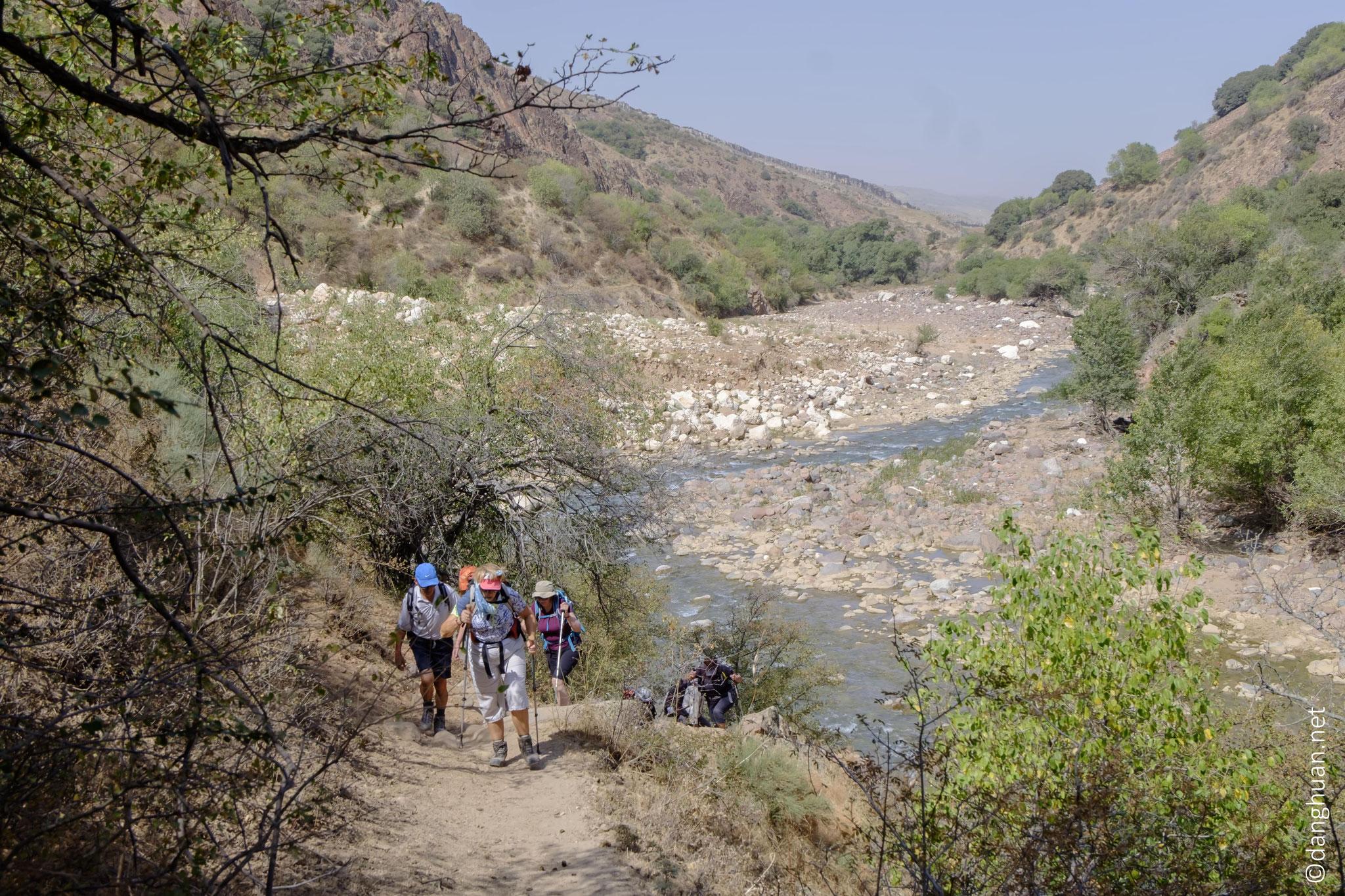 découverte au long de la rivière Aksakatasay dans la vallée d'Aksakata