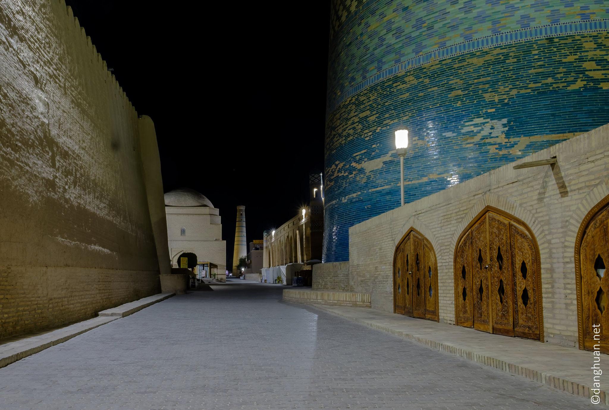 Vue depuis la porte d'Ouest avec le minaret  Kalta minor (1855) à droite et le minaret de la Mosquée Juma (XVIIIè siècle) au fonds