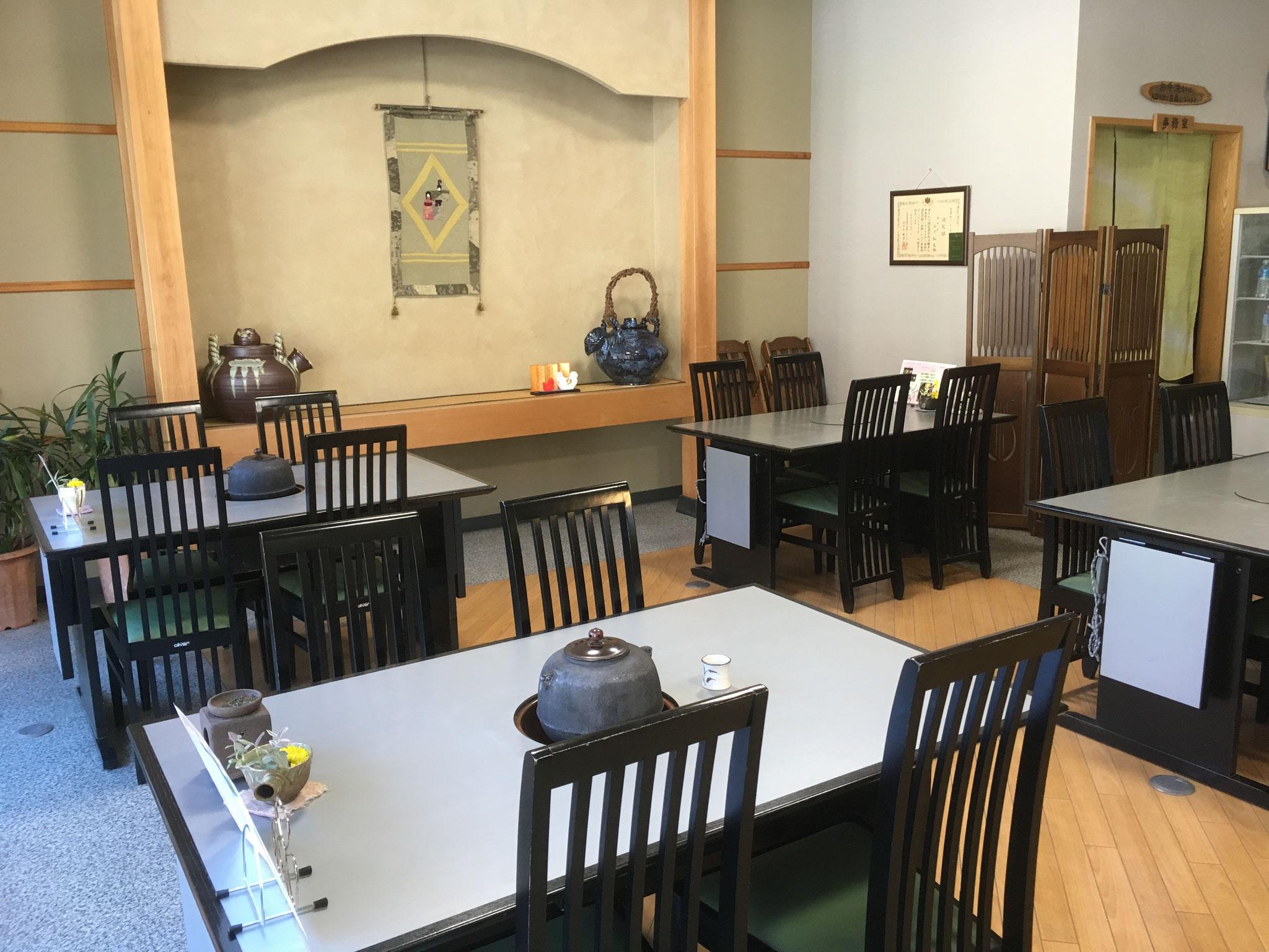 椅子席の喫茶スペース