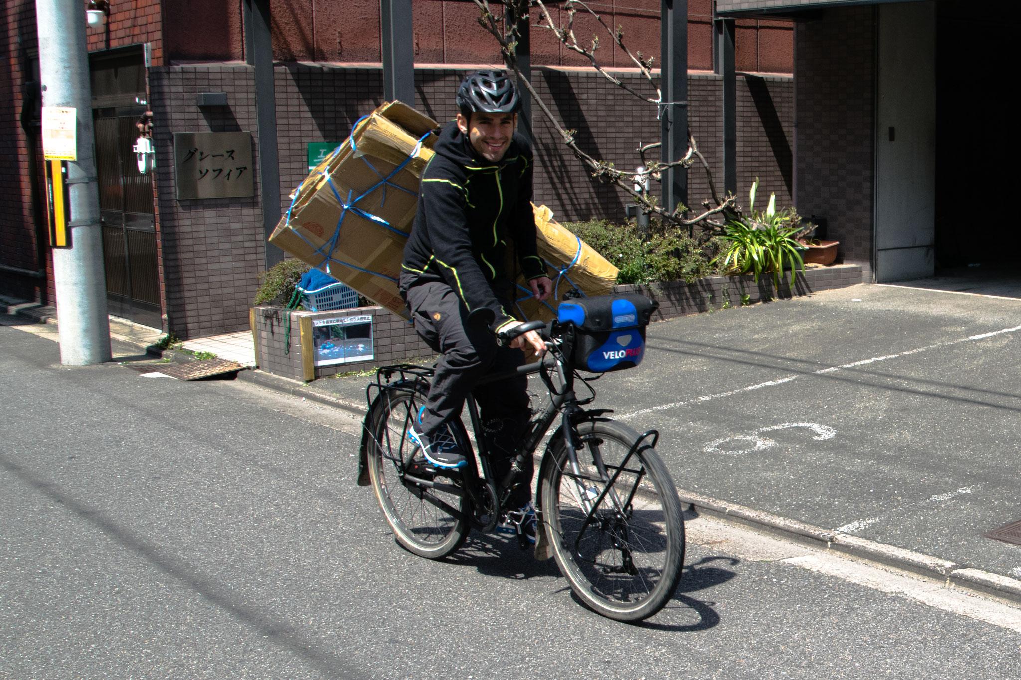 Transport der Velokartons für den Versand zurück zum Flughafen
